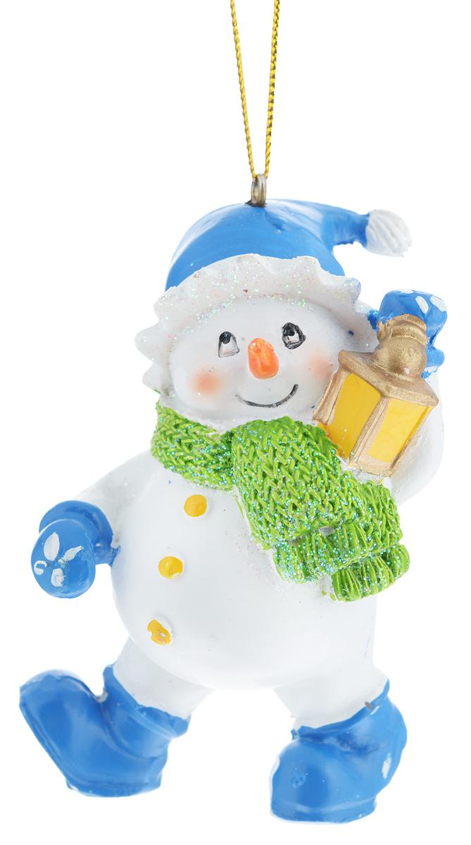 Новогоднее подвесное украшение Феникс-презент Снеговик с фонариком38571Новогоднее украшение Феникс-презент Снеговик с фонариком отлично подойдет для декорации вашего дома и праздничной ели. Изделие выполнено из полирезина в виде снеговика в шапке и шарфе, с фонарем в руке и оснащено текстильной петелькой для подвешивания. Елочная игрушка - символ Нового года. Она несет в себе волшебство и красоту праздника. Создайте в своем доме атмосферу веселья и радости, украшая всей семьей новогоднюю елку нарядными игрушками, которые будут из года в год накапливать теплоту воспоминаний.