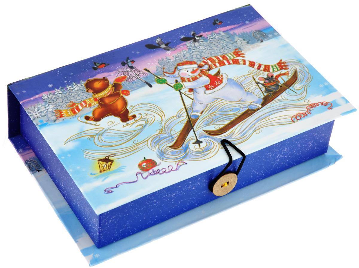 Подарочная коробка Феникс-Презент Снеговик на лыжах, 18 х 12 х 5 см19201Подарочная коробка Феникс-Презент Снеговик на лыжах выполнена из плотного картона. Крышка оформлена ярким изображением новогодней елки и снеговиков. Коробка закрывается на пуговицу. Подарочная коробка - это наилучшее решение, если вы хотите порадовать ваших близких и создать праздничное настроение, ведь подарок, преподнесенный в оригинальной упаковке, всегда будет самым эффектным и запоминающимся. Окружите близких людей вниманием и заботой, вручив презент в нарядном, праздничном оформлении.
