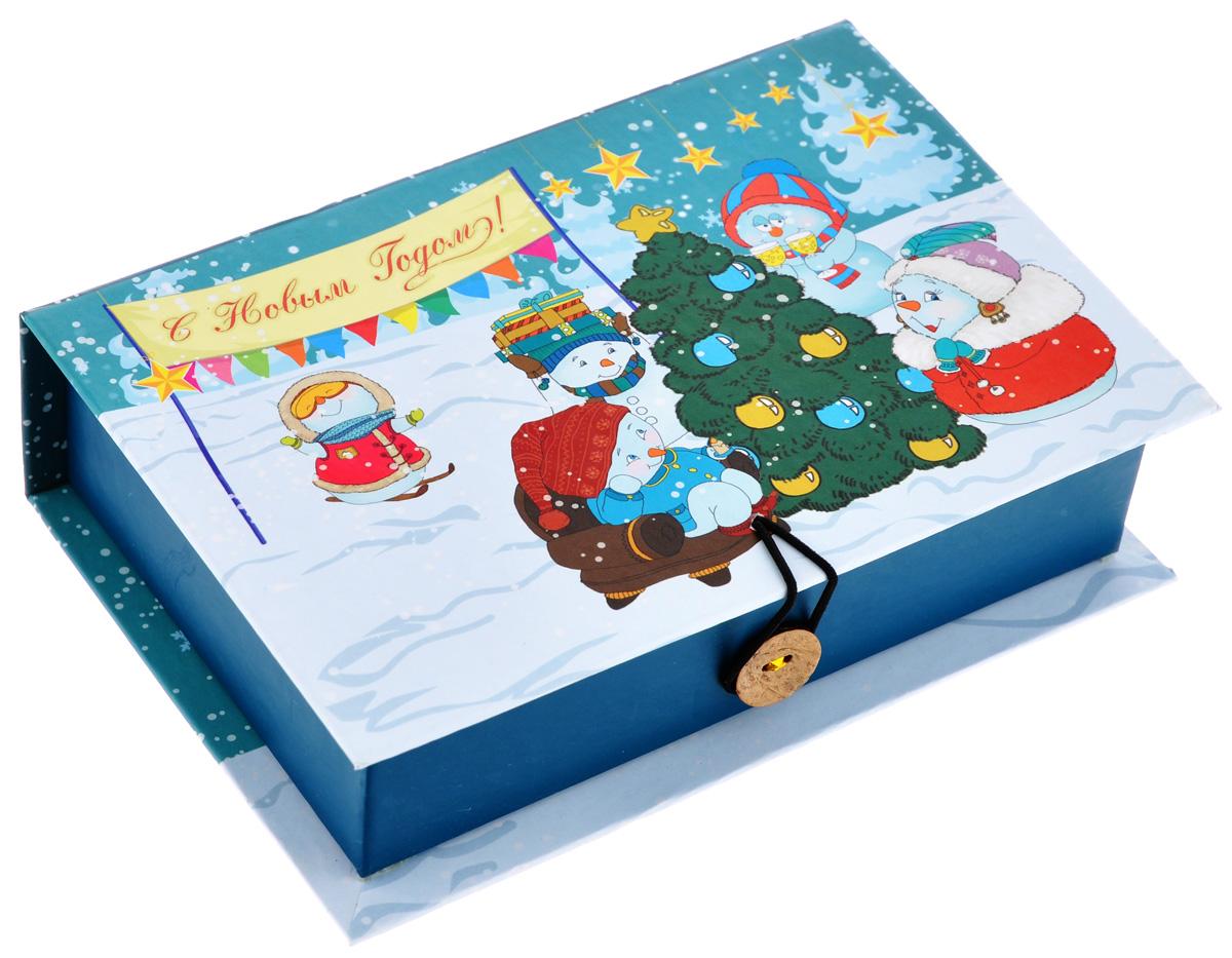 Подарочная коробка Феникс-Презент Снеговики с елочкой, 18 см х 12 см х 5 смRSP-202SПодарочная коробка Феникс-Презент Снеговики с елочкой выполнена из плотного картона. Крышка оформлена ярким изображением новогодней елки и снеговиков. Коробка закрывается на пуговицу. Подарочная коробка - это наилучшее решение, если вы хотите порадовать ваших близких и создать праздничное настроение, ведь подарок, преподнесенный в оригинальной упаковке, всегда будет самым эффектным и запоминающимся. Окружите близких людей вниманием и заботой, вручив презент в нарядном, праздничном оформлении.