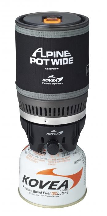 Горелка газовая Kovea Alpine Pot Wide KB-0703W29505Газовая горелка Kovea KB-0703W Alpine Pot Wide - интегрированная система для приготовления пищи в экстремальных условиях. Это аналог уже нашумевшей и известной во всем мире системы Jetboil PCS.Такого количества плюсов не найдется ни в каком другом комплекте горелка + кастрюля. Основная идея заключается в специальном теплообменнике, который приварен ко дну кастрюли и в два раза более эффективно передает тепло от пламени. Благодаря этому 1 литр воды закипает через 3 минуты при вдвое меньшей мощности горелки. Малая мощность газовой горелки делает ее работу стабильной в зимнее время, поскольку баллон меньше замерзает, и легче поддерживается мощность. А также вдвое уменьшается расход газа при том же времени кипячения воды.Пламя не задувается ветром, так как находится внутри устройства. Теплопотери ничтожны. Прозрачная крышка позволяет контролировать момент закипания воды, а выдвигающийся за пределы кастрюли регулятор мощности дает возможность выключить горелку, даже если кипяток уже хлещет через край. Систему можно держать в руках, даже когда в ней закипает вода. Неопреновый чехол позволяет брать ее голыми руками, хотя у системы очень удобные складные ручки, которые прочно приварены к корпусу кастрюли и позволяют аккуратно перелить кипяток в кружку. Горелка с газовым баллоном жестко крепится к кастрюле, что позволяет держать систему в руках даже во время ходьбы или подвесить в машине, на скале, в палатке или на яхте. И готовить, не останавливаясь на привал. По окончании приготовления пищи все части системы компактно складываются в собственную кастрюлю, предоставляя для упаковки единый, не разваливающийся и не гремящий предмет.Система может применяться абсолютно везде и всегда. И зимой, и летом она пригодится альпинистам и туристам, рыбакам и охотникам, яхтсменам и водникам, в машине, на даче и просто для отдыха на природе с семьей. Везде вы получите кружку горячего чая или кофе всего за 3 минуты! Горелка работает от газо