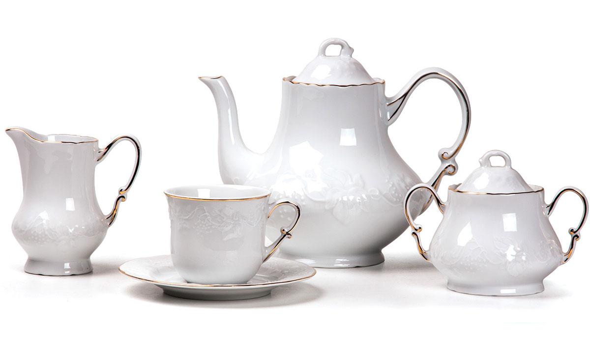 Сервиз чайный, 15 пр, цвет: белый с золотом115510Чайник 1,2л, сахарница 250мл, молочник 220мл, чайная пара 200 мл *6 штук. Фарфор фабрики Tunisie Porcelaine, производится в Тунисе из знаменитой своим качеством и белизной глины, добываемой во французской провинции Лимож.Преимущества этого фарфора заключаются в устойчивости к сколам и трещинам, что возможно благодаря двойному термическому обжигу. Европейский дизайн, декор и формы обеспечиваются за счет тесного сотрудничества фабрики с ведущими мировыми дизайн-бюро такими как: Nelly Reynal, Yves De la Rosiere, Sarah Anderson, Heracles. Материал: фарфор: цвет: белый с золотомСерия: VENDANGE