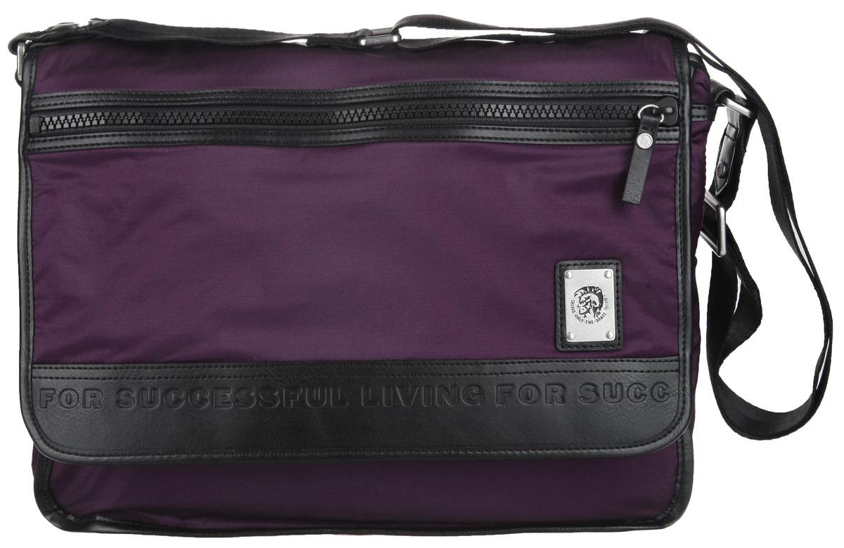 Сумка мужская Diesel, цвет: фиолетовый. X03487-P0689/T5081S76245Стильная и практичная сумка Diesel выполнена из полиэстера, оформлена символикой бренда.Изделие содержит одно отделение, которой закрывается хлястиком на липучки. В основном отделении сумки размещен мягкий накладной карман для ноутбука, для фиксации которого предусмотрен хлястик с липучкой. Снаружи, в откидной части сумки, расположен врезной карман намолнии. Сумка оснащена удобным плечевым ремнем, длина которого регулируется при помощи пряжки.Практичная сумка Diesel прекрасно дополнит ваш образ.