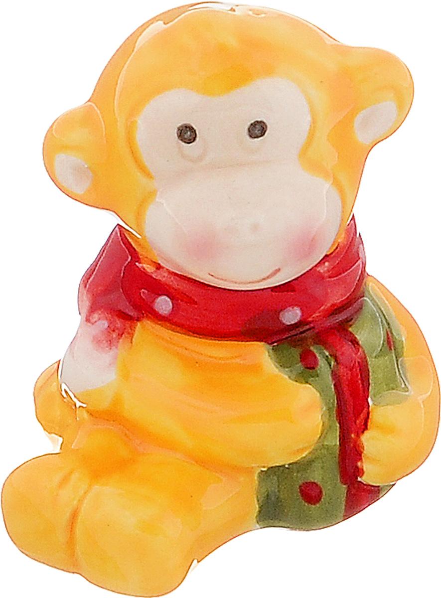 Сувенир Sima-land Обезьянка в шарфике, цвет: желтый, 4 см х 3,7 см х 5 см65625Сувенир Sima-land Обезьянка в шарфике выполнен из керамики в виде забавной обезьянки. Он привлекает к себе внимание и буквально умиляет, заставляя улыбнуться.Такой сувенир станет отличным подарком родным или друзьям на Новый год, а также он украсит интерьер вашего дома или офиса.