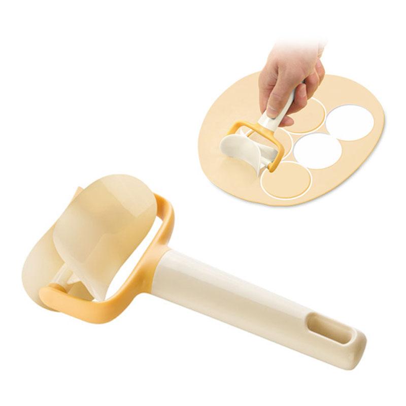 Нож для теста Tescoma Delicia, длина 17 см. 6300405241BHНож Tescoma Delicia идеально подходит для быстрого и легкого вырезания колец из теста. Изделие изготовлено из прочного пластика и оснащено удобной ручкой с отверстием для подвешивания.Такой ролик облегчит процесс изготовления домашнего печенья, пряников и других различных блюд. Можно мыть в посудомоечной машине. Размер лезвия: 7 см х 4,5 см х 7 см.