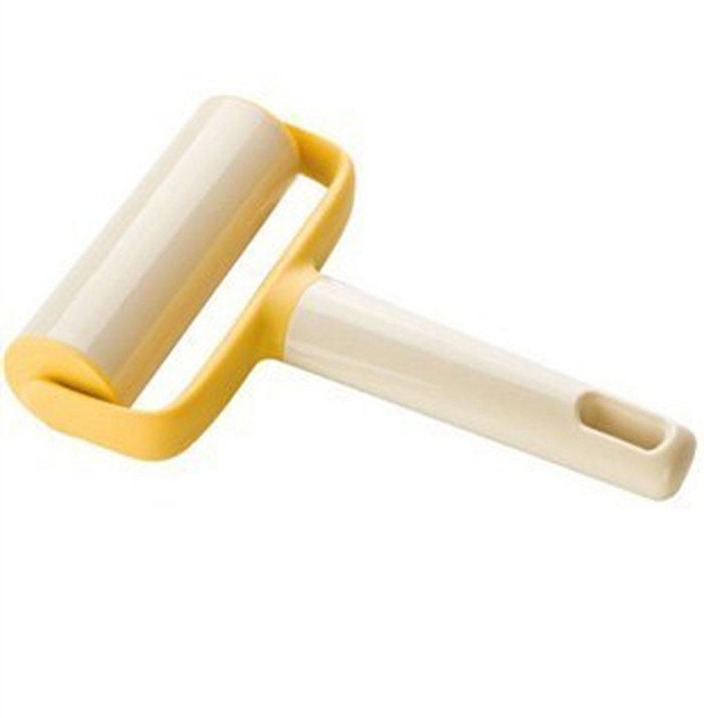 Скалка для теста Tescoma Delicia, широкая54 009312Скалка для раскатывания теста Tescoma Delicia выполнена из пластика и оснащена удобной ручкой с отверстием для подвешивания. С помощью такого ролика можно раскатать тесто, не прилагая при этом больших усилий, он также поможет разравнять края. Благодаря небольшим размерам ролик можно использовать для раскатывания теста прямо в форме или сковороде. Такая скалка станет незаменимым аксессуаром на вашей кухне, который по достоинству оценит каждая хозяйка. Не рекомендуется мыть в посудомоечной машине.