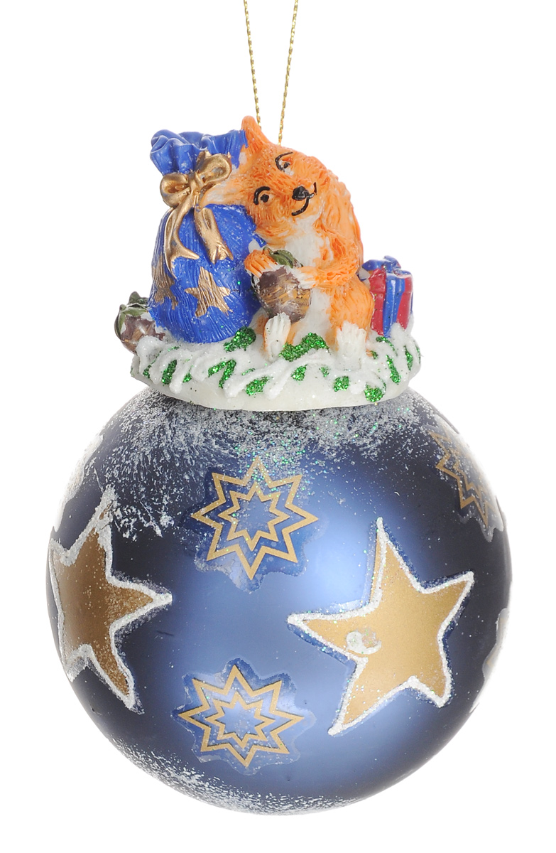 Новогоднее подвесное украшение Феникс-Презент Новогодний подарок, диаметр 8 см38646Новогоднее украшение Феникс-Презент Новогодний подарок отлично подойдет для декорации вашего дома и новогодней ели. Изделие, выполненное из стекла в виде елочного шара, оснащено забавной фигуркой белочки с мешком подарков, изготовленной из полирезина. Украшение, декорированное блестками, оснащено текстильной петелькой для подвешивания.Елочная игрушка - символ Нового года. Она несет в себе волшебство и красоту праздника. Создайте в своем доме атмосферу веселья и радости, украшая всей семьей новогоднюю елку нарядными игрушками, которые будут из года в год накапливать теплоту воспоминаний.Коллекция декоративных украшений из серии Magic Time принесет в ваш дом ни с чем не сравнимое ощущение волшебства!Размер изделия (с учетом фигурки): 12 см х 8 см х 8 см.