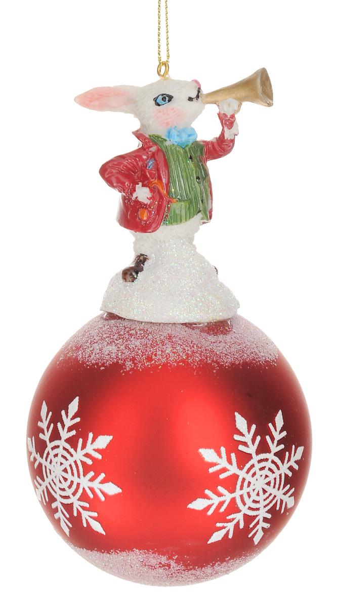 Новогоднее подвесное украшение Феникс-Презент Кролик, диаметр 8 см38674Новогоднее украшение Феникс-Презент Кролик отлично подойдет для декорации вашего дома и новогодней ели. Изделие, выполненное из стекла в виде елочного шара, оснащено забавной фигуркой кролика, изготовленной из полирезина. Украшение декорировано рисунком снежинок и оформлено блестками. Изделие оснащено специальной петелькой для подвешивания.Елочная игрушка - символ Нового года. Она несет в себе волшебство и красоту праздника. Создайте в своем доме атмосферу веселья и радости, украшая всей семьей новогоднюю елку нарядными игрушками, которые будут из года в год накапливать теплоту воспоминаний.Размер изделия (с учетом фигурки): 14,5 см х 8 см х 8 см.