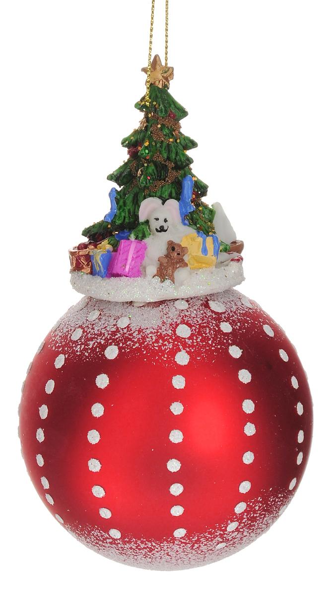 Новогоднее подвесное украшение Феникс-Презент Елка с подарками, диаметр 8 см38659Новогоднее украшение Феникс-Презент Елка с подарками отлично подойдет для декорации вашего дома и новогодней ели. Изделие, выполненное из стекла в виде елочного шара, оснащено фигуркой праздничной ели, изготовленной из полирезина. Украшение, декорированное блестками, оснащено текстильной петелькой для подвешивания.Елочная игрушка - символ Нового года. Она несет в себе волшебство и красоту праздника. Создайте в своем доме атмосферу веселья и радости, украшая всей семьей новогоднюю елку нарядными игрушками, которые будут из года в год накапливать теплоту воспоминаний.Размер изделия (с учетом фигурки): 14,5 см х 8 см х 8 см.