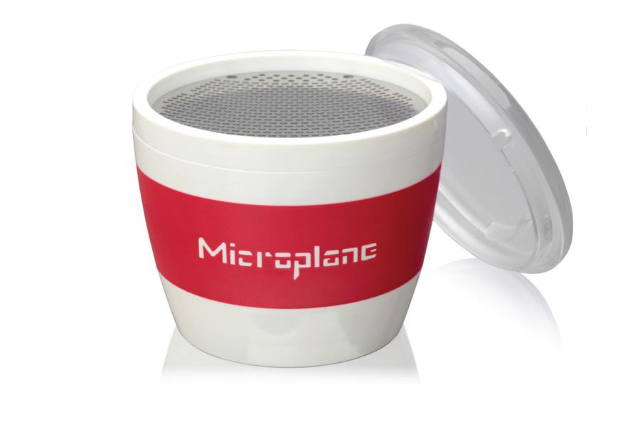 Терка-чашка для специй Microplane, с крышкой94672Оригинальная терка Microplane выполнена из пластика и нержавеющей стали. Изделие по форме напоминает чашку. В такой терке удобно натирать специи в блюдо. Съемная крышка позволяет сохранить натертые специи внутри.Можно мыть в посудомоечной машине.