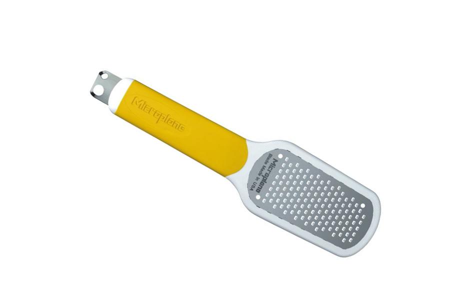 Терка для цедры Microplane, цвет: желтый94672Терка Microplane имеет 3 функции: натирание цедры лимона, очистка лимона, создание стружки (2 размеров). Лезвие выполнено из нержавеющей стали 302 с эргономичной резиновой рукояткой. В комплекте имеется защитный пластиковый чехол.Microplane - это легендарные американские терки. Продукцией Microplane пользуются все известные кулинары и повара всего мира, среди них знаменитый шеф-повар Джейми Оливер. Вся продукция Microplane производится на собственном заводе в США. Microplane используют самую качественную нержавеющую сталь. Благодаря уникальному химическому составу, продукция не окисляется и сохраняет большее количество витаминов и полезных веществ в продуктах. Для производства используются нержавеющие стали 410, 301 и 302 - идеальный материал для терок, поэтому продукция Microplane не тупится годами. Запатентованный процесс фотогравировки позволяет создать сверхострые лезвия для продукции.
