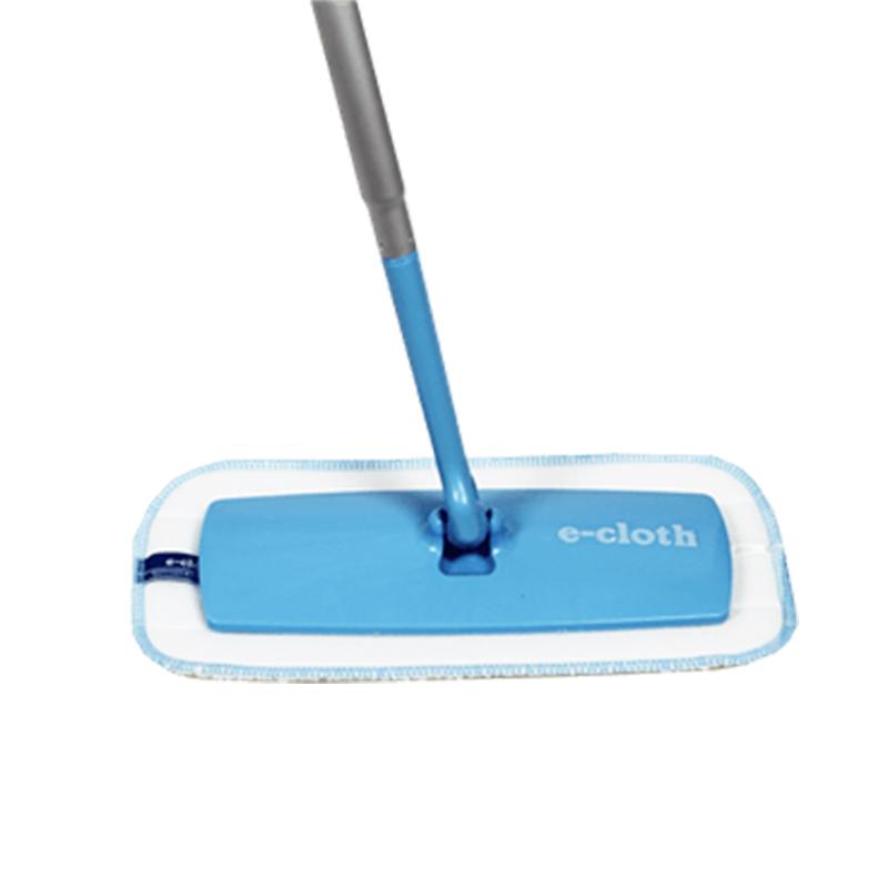 Швабра для ванных комнат E-cloth, с телескопической ручкойK100Легкая швабра E-cloth с телескопической ручкой идеальна для уборки в ванных комнатах и других не больших помещениях. Благодаря насадке, изготовленной из e-cloth волокон, обладающих уникальными впитывающими свойствами, вы легко очистите поверхность от пыли, жира и бактерий без использования химическийх средств.Сменная насадка крепится на швабру с помощью липучки, что позволяет надежно закрепить ее, а так же легко снять для полоскания или стирки.Телескопическая ручка: 1 м - 1,5 м. Размер съемной насадки: 27 см х 13 см.Материал швабры: алюминий, пластик. Состав сменной насадки: 80% полиэстер, 20% полиамид. Насадка выдерживает до 300 циклов стирки без потери эффективности.