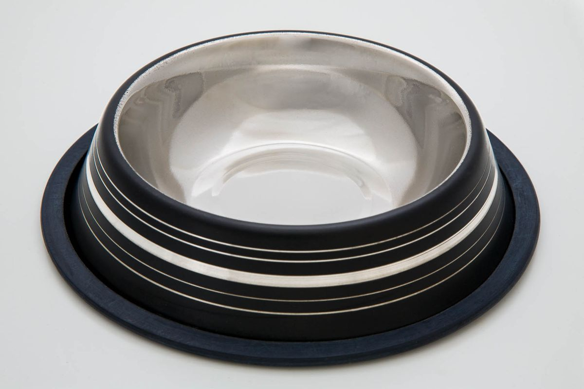 Миска для животных VM, цвет: черный, белый, стальной, 470 мл. 30510120710Миска для животных VM, изготовленная из высококачественного металла, имеет оригинальный дизайн. Дно миски оснащено резиновой вставкой, которая предотвратит скольжение и повреждение пола, а также обеспечит комфортный прием пищи вашего питомца. Объем: 470 мл.