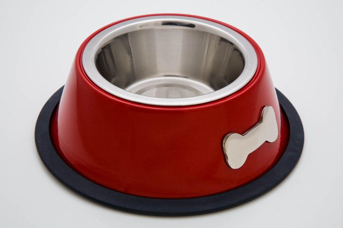 Миска для животных VM, цвет: красный, стальной, черный, 480 мл. 318039789Миска для животных VM, изготовленная из высококачественного металла, имеет оригинальный дизайн. Дно миски оснащено резиновой вставкой, которая предотвратит скольжение и повреждение пола, а также обеспечит комфортный прием пищи вашего питомца. Объем: 480 мл.