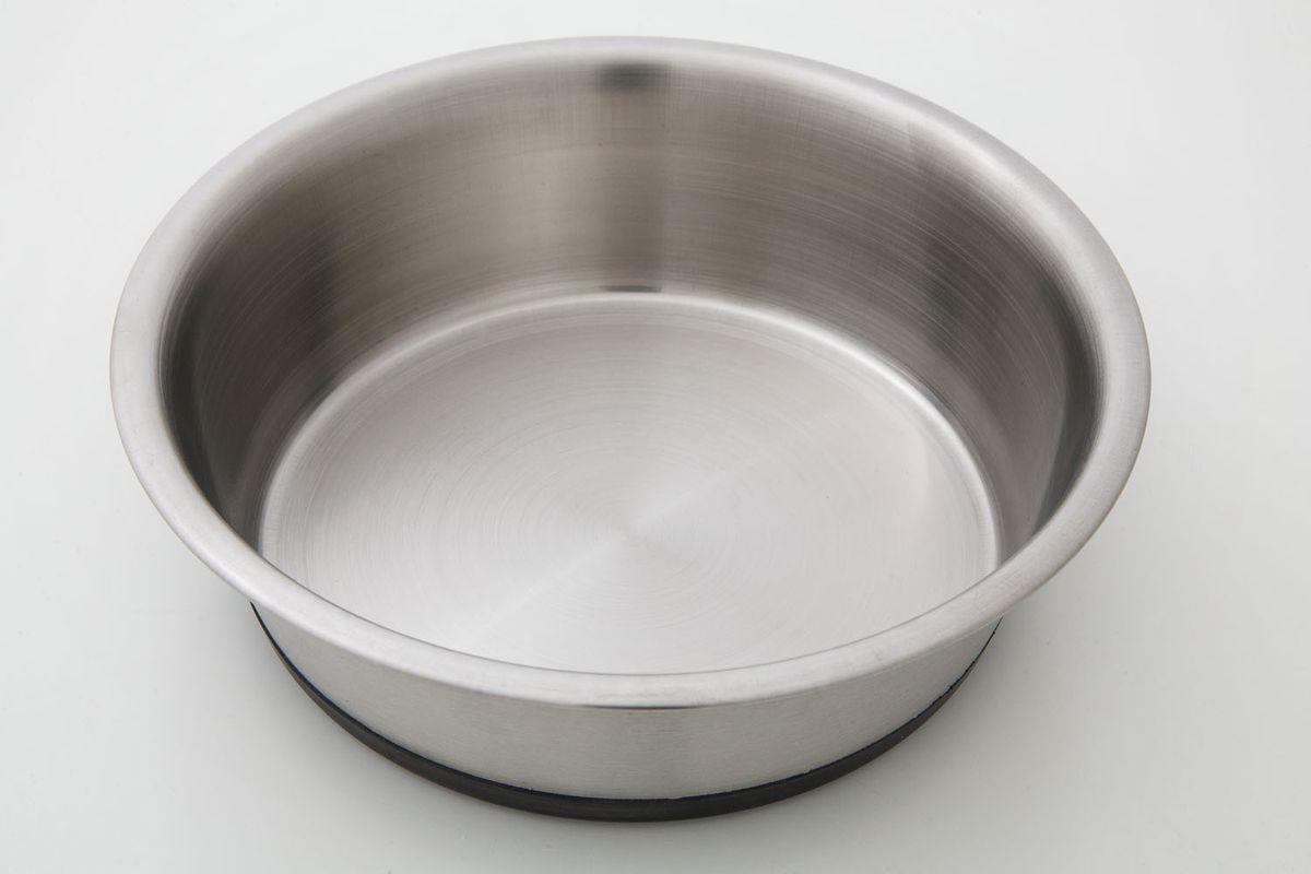 Миска для животных VM, цвет: серебристый, 700 мл. 3202101246Миска для животных VM, изготовленная из высококачественного металла, имеет оригинальный дизайн. Изделие подойдет для сухого корма, консервов или воды. Основание миски оснащено силиконовой накладкой, которая предотвратит скольжение и повреждение пола. Объем: 700 мл.