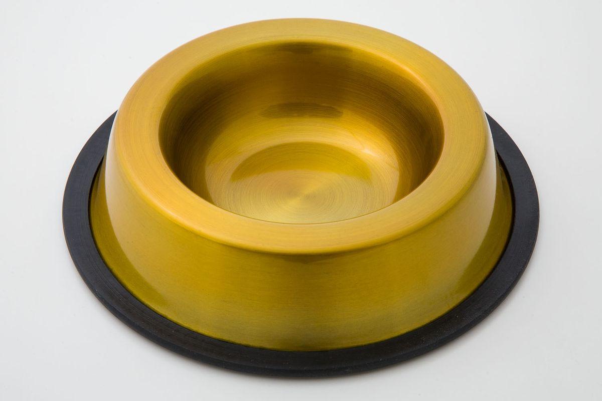 Миска для животных VM, цвет: золотистый, черный, 900 мл378Миска для животных VM изготовлена из высококачественного металла и предназначена для корма и воды. Дно миски оснащено резиновой вставкой, которая предотвратит скольжение и повреждение пола, а также обеспечит комфортный прием пищи вашего питомца. Объем: 900 мл.