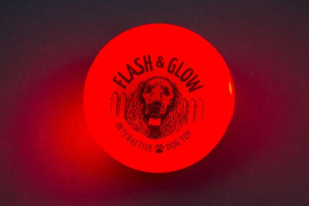 Светящийся мяч Flash & Glow, красный0120710Вы теряете собачьи игрушки на прогулках в темное время суток? Ваша собака зашла в кусты и вечером ее плохо видно? Теперь есть решение этих проблем! Аксессуары для собак компанииAmerican Dog Toys светятся в темноте!