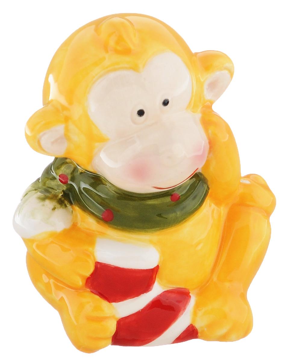 Сувенир Sima-land Обезьянка в шарфике, цвет: желтый, 7 х 5,7 х 8,5 см38254Сувенир Sima-land Обезьянка в шарфике выполнен из керамики в виде забавной обезьянки. Он привлекает к себе внимание и буквально умиляет, заставляя улыбнуться.Такой сувенир станет отличным подарком родным или друзьям на Новый год, а также он украсит интерьер вашего дома или офиса.