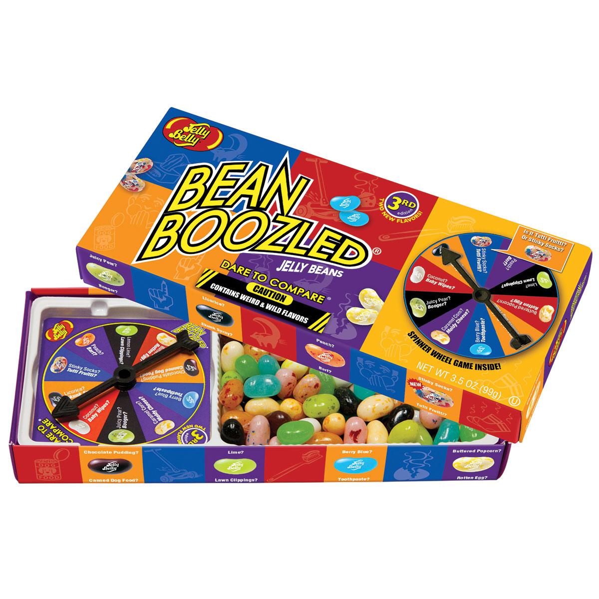 Jelly Belly Bean Boozled Game Драже жевательное + игра, 100 г0120710Конфеты Jelly Belly в последнее время стали очень популярны за свой удивительный вкус, который передаётся на 100% правдоподобно. Так что эти конфеты действительно ну очень вкусные. Попробовав одну конфетку, будет сложно остановится!Набор содержит конфетки со странными вкусами: собачьего корма, вонючих носков, скошенной травы, детских подгузников, тухлого яйца, зубной пасты, рвоты и соплей. Такое драже станет превосходным подарком-розыгрышем для ваших друзей. Сыграйте в веселую игру - вращайте барабан и посмотрите, какой цвет вам выпал, а затем съешьте конфету указанного цвета. Вкусные и странные конфетки имеют одинаковый цвет. Тутти-фрутти или вонючие носки? Лайм или скошенная трава? Попкорн с маслом или тухлое яйцо? Голубика или зубная паста? Персик или рвота? Шоколадный пудинг или собачий корм? Сочная груша или сопли? Кокос или детские подгузники? Сравните эти невероятные и странные вкусы и разыграйте своих друзей!В комплект входит барабан для игры.
