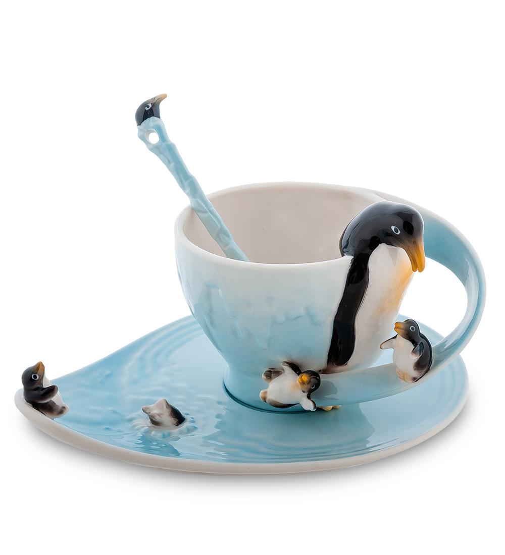 Чайная пара Pavone Пингвины, с ложкой, 3 предмета115510Веселая и забавная чайная пара Pavone Пингвины, выполненная из высококачественного фарфора, словно создана для того, чтобы вызывать невольную улыбку у каждого, кто ее увидит. Выполненная в тонах синего-синего океана, она поражает тонкостью деталей: блюдце представляет собой настоящий кусочек ледяной воды, великолепные и смешные пингвины и пингвинята расположились на чашке как на ледяном выступе. Эта композиция - отличное украшение дома, настоящий друг и веселый товарищ, который всегда вызовет улыбку.