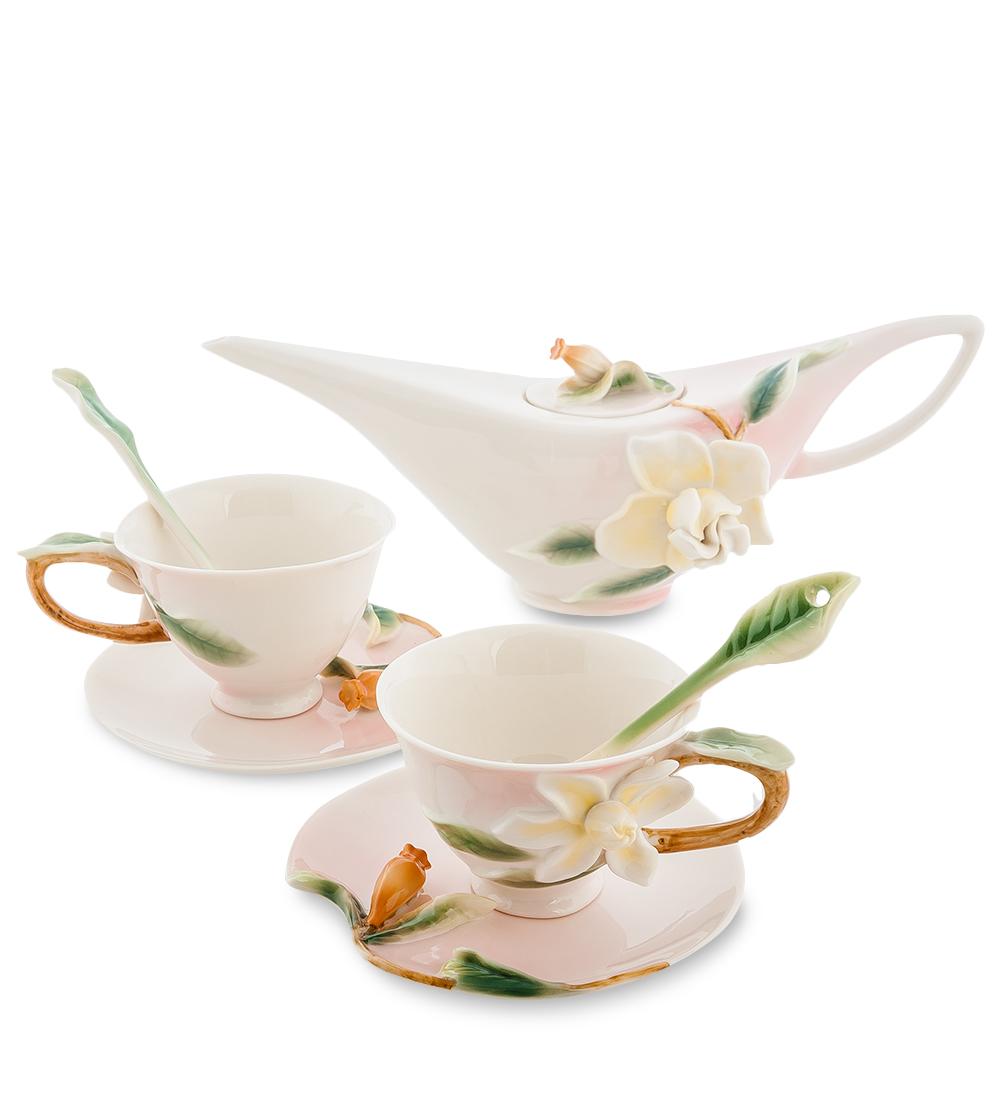Набор чайный Pavone Гардения, 7 предметов730443Чайный набор Pavone Гардения состоит из 2 чашек, 2 блюдец, 2 ложек и заварочного чайника. Он идеально подходит для приятного романтического чаепития на 2 персоны. Белоснежный фарфор правильно дополнен белыми, крупными цветами. Красивый дизайн привлекает внимание своей гармоничностью и правильно сочетаемыми оттенками. Большие цветы четко выделены на нежно-розовом фоне.Дизайнеры предусмотрели каждую мелочь, чашки необычной формы с удобными ручками, а блюдца декорированы небольшими бутонами цветков. Чайный набор может стать украшением коллекции фарфоровой посуды. Трудно придумать более элегантного подарка для молодоженов, родственников или влюбленных пар.Объем чашки: 90 мл. Объем чайника: 250 мл.