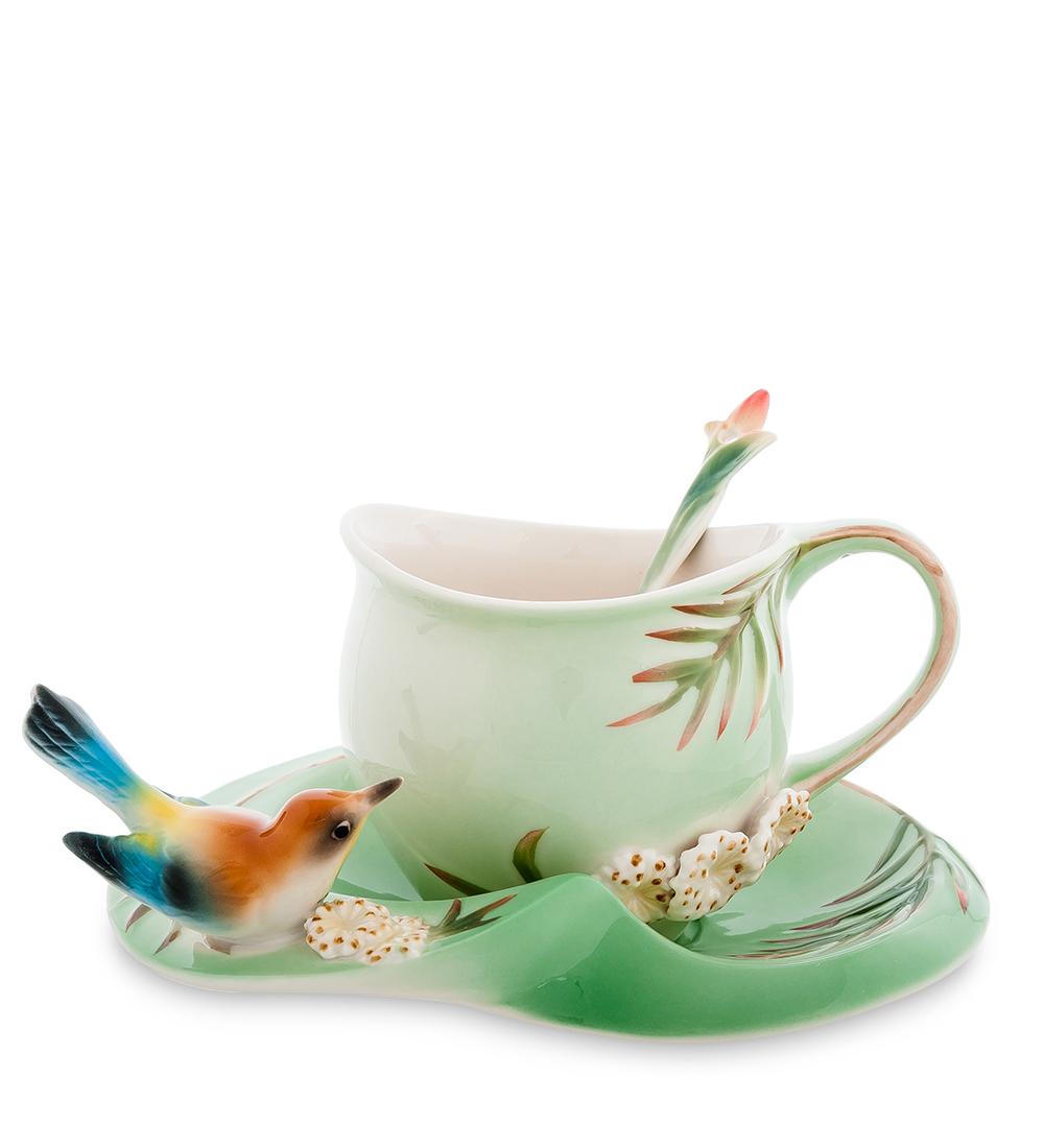 Чайная пара Pavone Радужная щурка, с ложкой, 3 предметаH8501Чайная пара Pavone Радужная щурка выполнена из высококачественного фарфора.Щурка – очень красивая птичка, своей радужной раскраской привлекающая неизменное внимание. Увидеть ее – хорошая примета. И вот она прилетела на эти золотисто-зеленые веточки, которыми покрыты и блюдце, и чашка, где веточка образует ручку, и даже ложечка.Чайная пара Pavone Радужная щурка может стать оригинальным подарком близкому человеку.