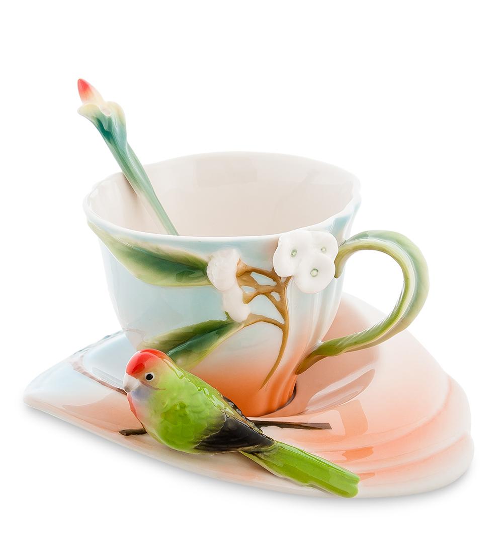 Чайная пара Pavone Попугай Розелла, с ложкой, 3 предмета115510Чайная пара Pavone Попугай Розелла выполнена из высококачественного фарфора. Нежнейший переливающийся цвет блюдца и чашки, прекрасные ветки с белыми цветами, ручка, напоминающая побег, и даже ложечка с готовым распуститься бутоном на ручке. Маленький попугайчик яркой раскраски просто не смог пролететь мимо такой красоты, присел на краю блюдца. И смотрит он не на чашку, не чай его привлек: ему просто очень любопытно, о чем вы будете беседовать за чаем.