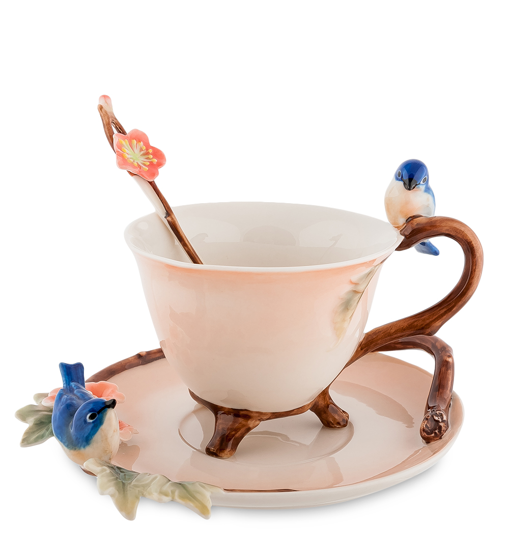 Чайная пара Pavone Голубые птицы, с ложкой, 3 предмета68/5/2Пастельного оттенка чайная пара Pavone Голубые птицы очаровывает реалистичностью передаваемой картины живой природы. Плавные линии чашки незаметны на фоне ярких выпуклых птиц синего цвета, купающихся в розовых цветах. Высококачественный фарфор имеет уникальный и неповторимый дизайн, созданный дарить хорошее настроение и удивлять гостей.Чашечка устойчиво держится на трех ножках, а удобная ручка позволит свободно ее брать. Блюдце имеет необычную форму, а нежно персиковый оттенок посуды удачно сочетается с гроздьями рябины. Чайная пара Pavone Голубые птицы может стать оригинальным подарком к празднику коллеге или родственнице.