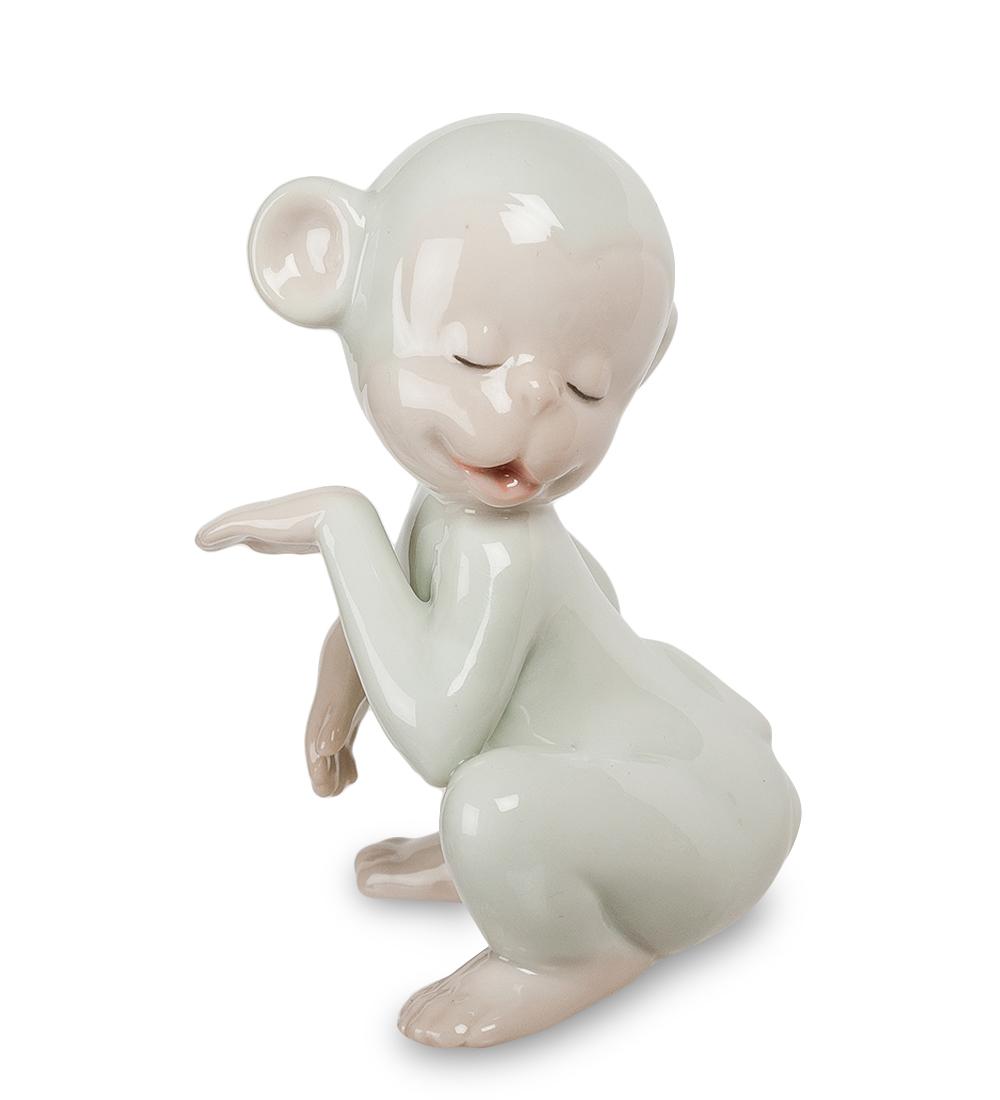 Фигурка декоративная Pavone Обезьяна. 107413NLED-454-9W-BKДекоративная фигурка Pavone Обезьяна станет оригинальным подарком для всех любителей стильных вещей. Сувенир выполнен из высококачественного фарфора в виде обезьянки. Изысканный сувенир станет прекрасным дополнением к интерьеру. Вы можете поставить фигурку в любом месте, где она будет удачно смотреться и радовать глаз.