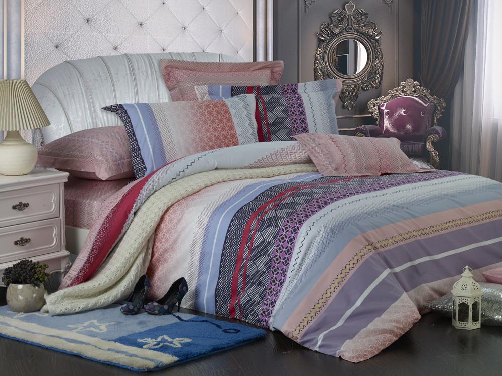 Комплект белья Диана La Vanille, 1,5-спальный, наволочки 70х70, цвет: серый, розовый, голубой. С-645-143-150-70K100Комплект постельного белья Диана La Vanille состоит из пододеяльника, простыни и двух наволочек. Белье бесшовное, оформлено оригинальным рисунком и имеет изысканный внешний вид. Изготовлено из бязи люкс (100% хлопка).Бязь - это ткань из экологически чистого и натурального 100% хлопка. Неоспоримым плюсом белья из такой ткани является мягкость и легкость, она прекрасно пропускает воздух, приятна на ощупь, не образует катышков на поверхности и за ней легко ухаживать. При соблюдении рекомендаций по уходу это белье выдерживает много стирок, не линяет и не теряет свою первоначальную прочность. Уникальная ткань обеспечивает легкую глажку.Приобретая комплект постельного белья Диана La Vanille, вы можете быть уверенны в том, что покупка доставит вам и вашим близким удовольствие и подарит максимальный комфорт.