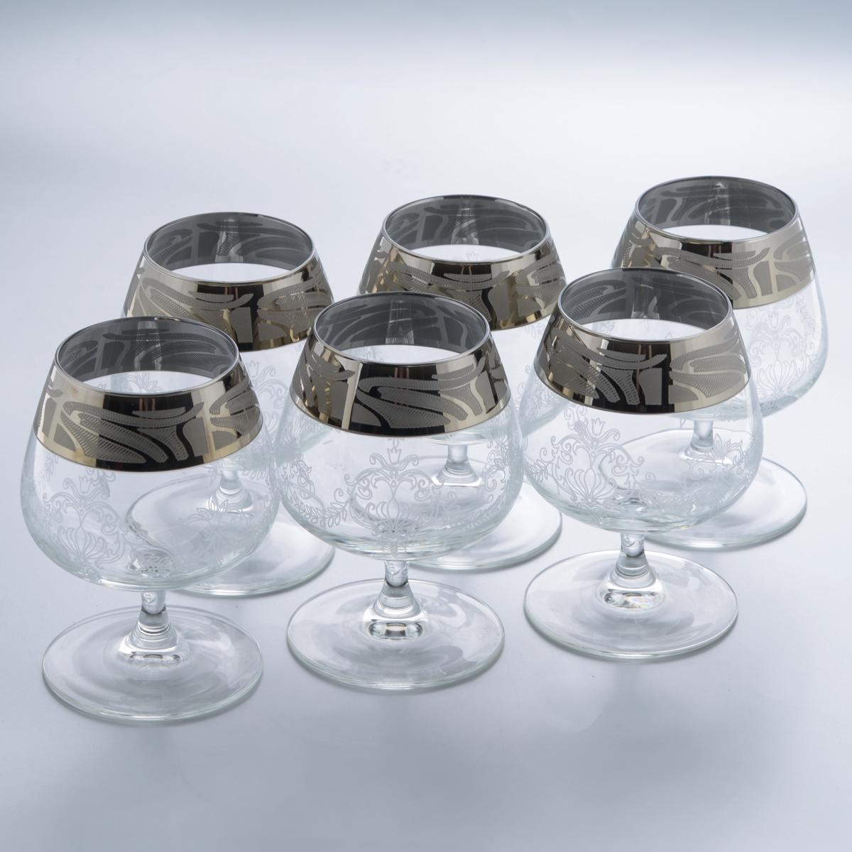 Набор бокалов для бренди Гусь-Хрустальный Мускат, 410 мл, 6 штVT-1520(SR)Набор Гусь-Хрустальный Мускат состоит из 6 бокалов на тонкой низкой ножке, изготовленных из высококачественного натрий-кальций-силикатного стекла. Изделия оформлены красивым зеркальным покрытием, широкой окантовкой с оригинальным узором и белым матовым орнаментом. Бокалы предназначены для подачи бренди. Такой набор прекрасно дополнит праздничный стол и станет желанным подарком в любом доме. Разрешается мыть в посудомоечной машине. Диаметр бокала (по верхнему краю): 6,3 см. Высота бокала: 13 см. Диаметр основания бокала: 8 см.