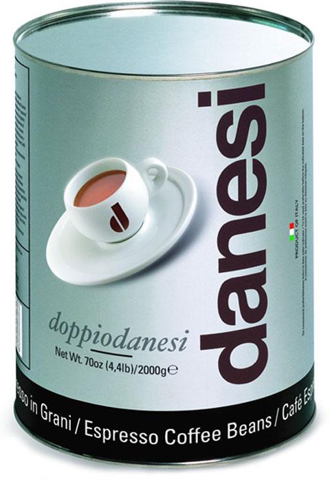 Danesi Doppio кофе в зернах, 2 кг7610121710509Смесь из 100% арабики для настоящих знатоков. Результат тщательного купажа зерен Кении, Эфиопии, Бразилии и Центральной Америки. Соответствует всем стандартам итальянского эспрессо: умеренно темная обжарка, мягкий вкус с шоколадно-кремовым оттенком, отсутствие кислинки, великолепное послевкусие, как после бокала хорошего бордо.Страна: Кения, Эфиопия, Бразилия. Кофе Danesi – это элитный итальянский эспрессо, появившийся более ста лет назад. История кофе Danesi началась в Риме в 1905 году, когда итальянец Альфредо Данези открыл свой первый магазин и уютную кофейню «Nencini e Danesi». Альфредо сам составлял эксклюзивные кофейные смеси и варил эспрессо для своих гостей. За годы своего существования этот кофе завоевал огромную популярность не только в Италии, но и далеко за ее пределами, более чем в 60 странах мира.Философия компании очень проста – «Ежедневно прилагать массу усилий для достижения и сохранения высокого уровня удовлетворённости клиентов». А воплощается это утверждение путем достижения идеального баланса основных характеристик кофейных смесей Danesi – вкуса, аромата и тела. Кофе Danesi всегда остается верен итальянским кофейным традициям. Секрет его популярности кроется в использовании самого отборного сырья, стабильном качестве, деликатной обжарке кофейных зерен. Сейчас компания Danesi обладает сертификатом качества UNI 9001 Vision 2000, подтверждающим соответствие как самого кофе, так и упаковки европейским стандартам качества.В ассортиментной линейке бренда Danesi присутствуют смеси из 100% арабики высших сортов, купажи арабики и робусты, а также смесь для горячего шоколада и стильная фирменная посуда.