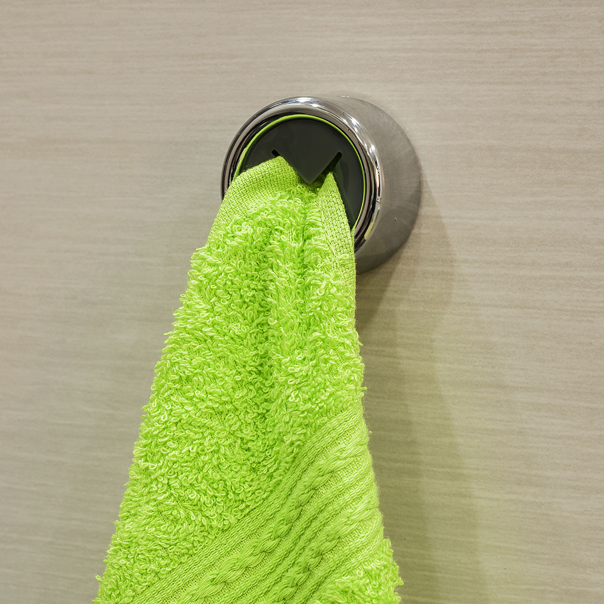 Вешалка самоклеящаяся Tatkraft Berra, для полотенец, диаметр 4 см68/5/3Самоклеящаяся вешалка для полотенец Tatkraft Berra, изготовлена из пластика. Вешалка с современным дизайном не боится влаги, и очень легко крепится к стене. Чтобы зафиксировать вешалку, не нужно сверлить дырки, достаточно снять защитный слой и прочно прижать вешалку к стене. Крепкая, оригинальная вешалка не требует петелек у полотенца.Диаметр вешалки: 4 см.