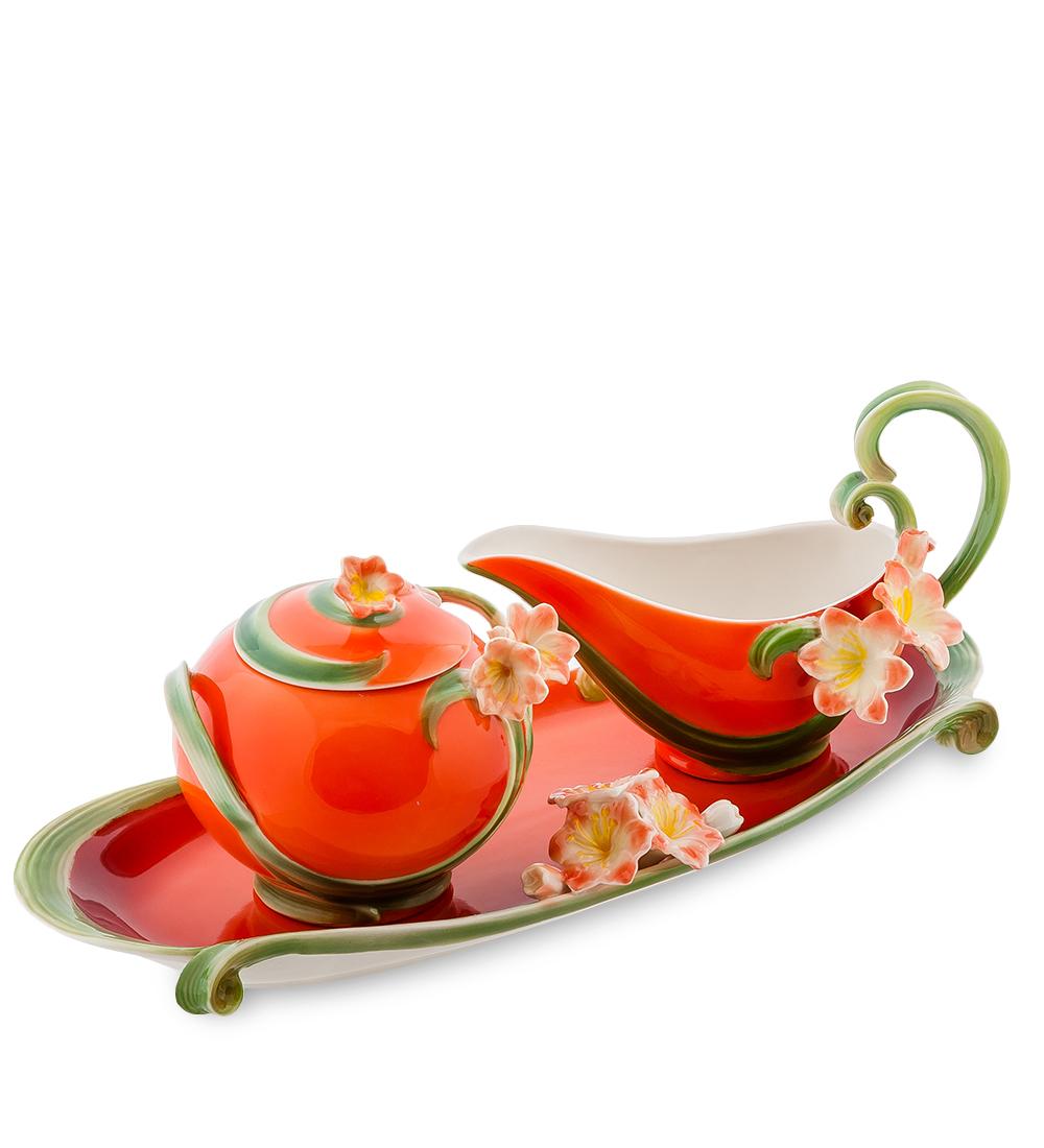 Набор Pavone Кливия, цвет: красный, зеленый, 3 предмета115510Набор Pavone Кливия состоит из сахарницы, молочника и подноса,изготовленных из фарфора. Предметы набора оформленыизящными объемными цветами.Набор Pavone Кливия украсит ваш кухонный стол, а такжестанет замечательным подарком друзьям и близким.Изделие упаковано в подарочную коробку с атласной подложкой. Объем сахарницы: 270 мл.Высота сахарницы (без учета крышки): 7,5 см.Объем молочника: 150 мл.Высота молочника (без учета ручки): 5,5 см.Размеры подноса (без учета высоты декоративного элемента): 32 см х 11 см х 1,5 см.