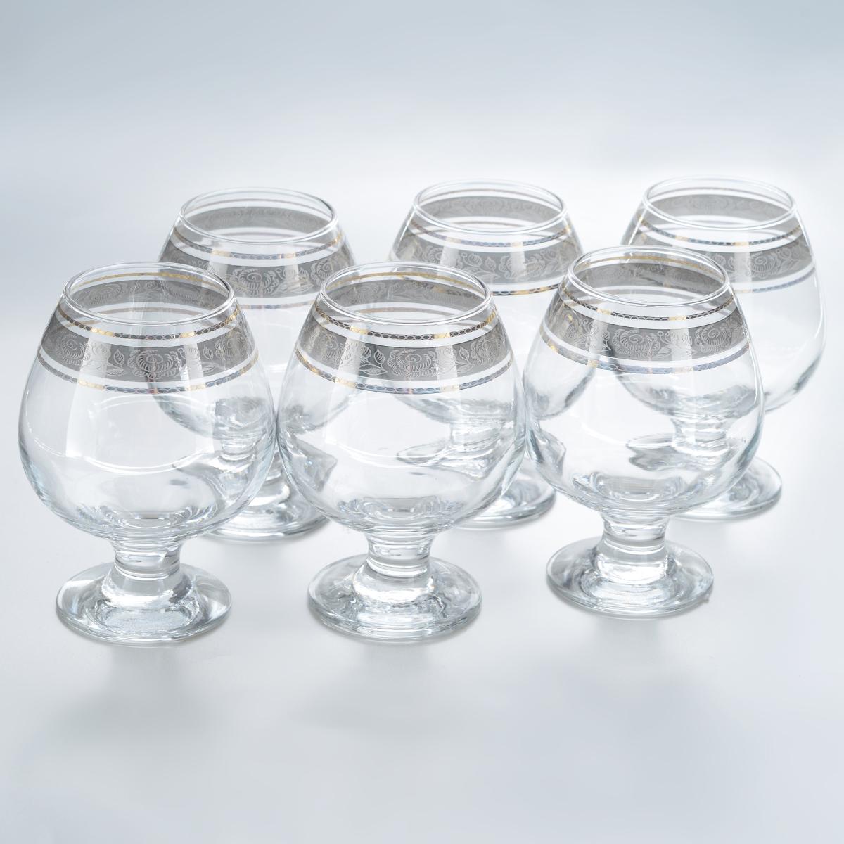 Набор бокалов для бренди Гусь-Хрустальный Первоцвет, 400 мл, 6 штVT-1520(SR)Набор Гусь-Хрустальный Первоцвет состоит из 6 бокалов на низкой ножке, изготовленных из высококачественного натрий-кальций-силикатного стекла. Изделия оформлены красивым зеркальным покрытием и широкой окантовкой с цветочным узором. Бокалы предназначены для подачи бренди. Такой набор прекрасно дополнит праздничный стол и станет желанным подарком в любом доме. Разрешается мыть в посудомоечной машине. Диаметр бокала (по верхнему краю): 5,5 см. Высота бокала: 12,5 см. Диаметр основания бокала: 6,3 см.