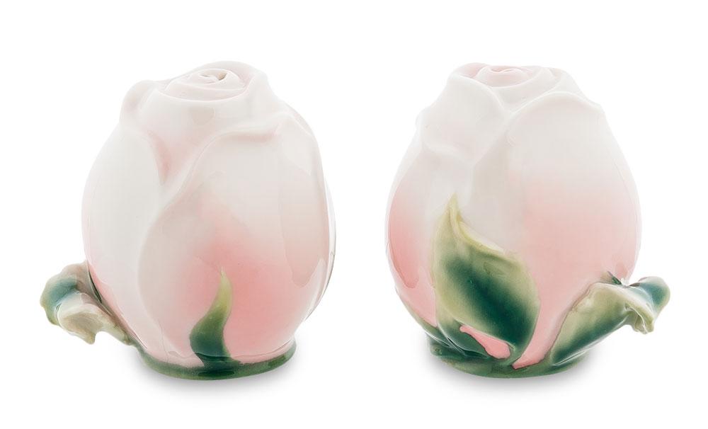 Набор для перца и соли Pavone Роза, 2 предметаVT-1520(SR)Набор для соли и перца Pavone Роза состоит из солонки и перечницы. Предметы набора выполнены из фарфора и оформлены в виде бутонов роз.Изящный набор для соли и перца Pavone Роза прекрасно оформит стол и подчеркнет ваш безупречный вкус.Изделие упаковано в подарочную коробку с атласной подложкой. Размер емкости: 5 см х 5 см х 7 см.