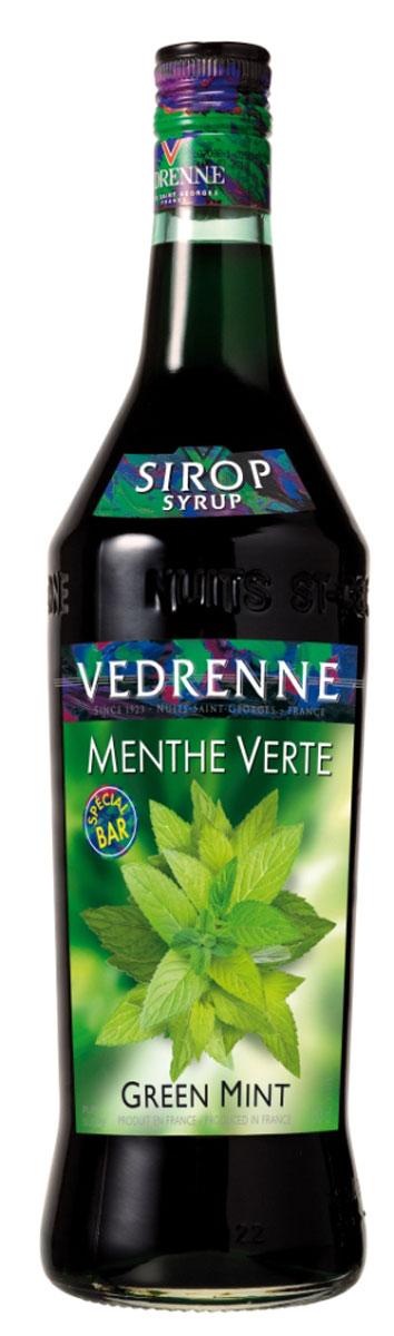 Vedrenne Зеленая Мята сироп, 1 л0120710Сладкий и в то же время освежающий вкус сиропа Зеленая мята позволяет создавать на его основе простые, но очень вкусные прохладительные напитки, не содержащие алкоголя. Мятный сироп в сочетании с содовой или лимонадом освежит и взбодрит в самый жаркий день.Сироп Зеленая мята составит достойную партию не только прохладительным, но и горячим напиткам.Сиропы изготавливаются на основе натурального растительного сырья, фруктовых и ягодных соков прямого отжима, цитрусовых настоев, а также с использованием очищенной воды без вредных примесей, что позволяет выдержать все ценные и полезные свойства натуральных фруктово-ягодных плодов и трав. В состав сиропов входит только натуральный сахар, произведенный по традиционной технологии из сахарозы. Благодаря высокому содержанию концентрированного фруктового сока, сиропы Vedrenne обладают изысканным ароматом и натуральным вкусом, являются эффективным подсластителем при незначительной калорийности. Они оптимизируют уровень влажности и процесс кристаллизации десертов, хорошо смешиваются с другими ингредиентами и способствуют улучшению вкусовых качеств напитков и десертов.Сиропы Vedrenne разливаются в стеклянные бутылки с яркими этикетками, на которых изображен фрукт, ягода или другой ингредиент, определяющий вкусовые оттенки того или иного продукта Vedrenne. Емкости с сиропами Vedrenne герметичны, поэтому не позволяют содержимому контактировать с микроорганизмами и другими губительными внешними воздействиями. Кроме того, стеклянные бутылки выглядят оригинально и стильно.В настоящее время компания Vedrenne считается одним из лучших производителей высококлассных сиропов, отличающихся натуральным вкусом, а также насыщенным ароматом и глубокимцветом. Фруктовые сиропы Vedrenne пользуются большой популярностью не только во Франции (где их широко используют как в сегменте HoReCa, так и в домашних условиях), но и экспортируются более чем в 50 стран мира. Цвет: насыщенно изумрудныйАромат: утонченный, ле