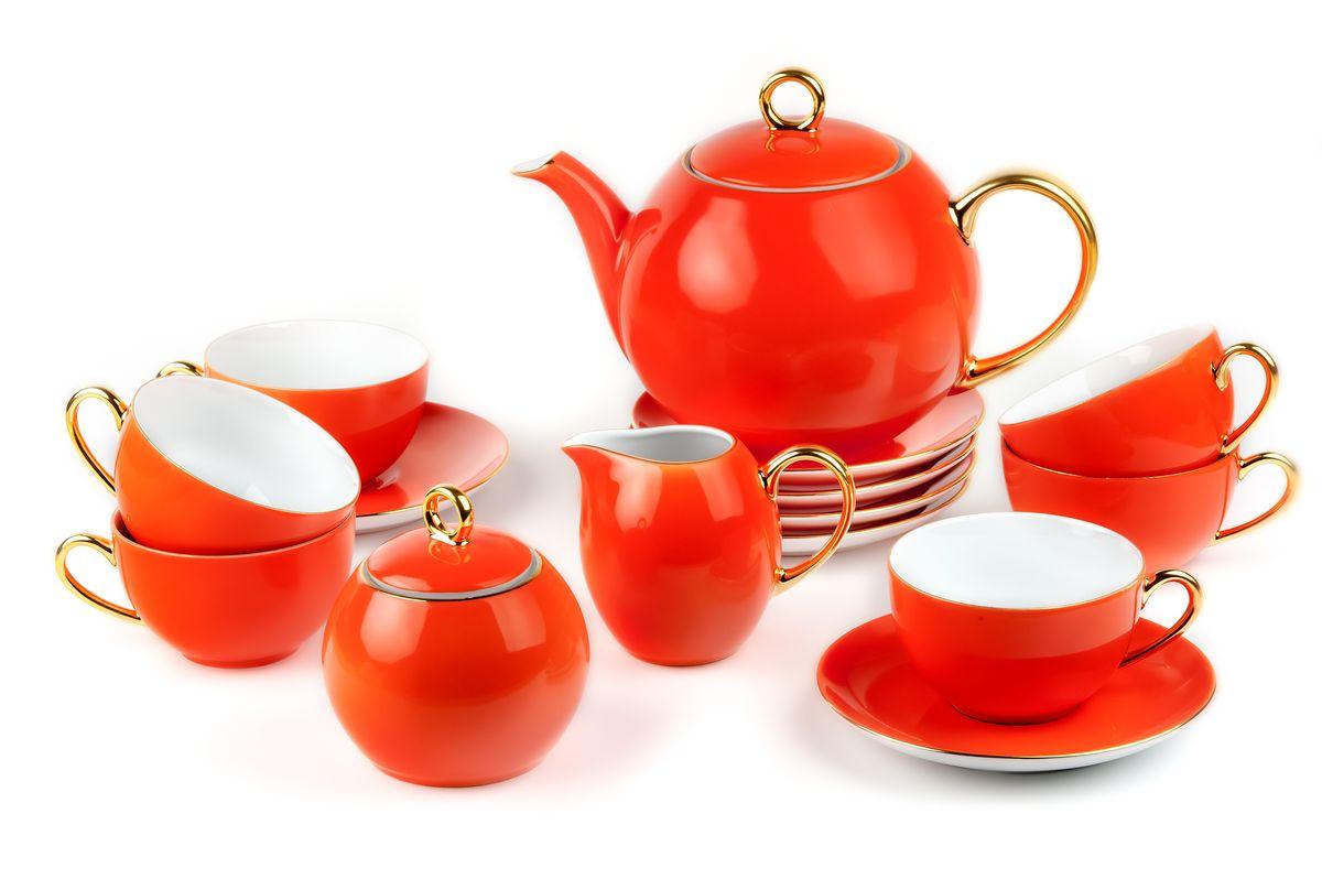 Сервиз чайный La Rose des Sables Monalisa, 15 предметовVT-1520(SR)Сервиз чайный La Rose des Sables Monalisa состоит из 6 чашек, 6 блюдец, заварочного чайника, сахарницы, молочника. Посуда выполнена из высококачественного тунисского фарфора, изготовленного из уникальной белой глины. На всех изделиях La Rose des Sables можно увидеть маркировку Pate de Limoges. Это означает, что сырье для изготовления фарфора добывают во французской провинции Лимож, и качество соответствует высоким европейским стандартам. Все производство расположено в Тунисе. Особые свойства этой глины, открытые еще в 18 веке, позволяют создать удивительно тонкую, легкую и при этом прочную посуду. Благодаря двойному термическому обжигу фарфор обладает высокой ударопрочностью, стойкостью к сколам и трещинам, жаропрочностью и великолепным блеском глазури. Коллекция Monalisa - это яркий пример посуды в современном стиле, дополненной золотистой эмалью. Прекрасный вариант как для праздничной, так и для повседневной сервировки стола. Не рекомендуется использовать в СВЧ печи и мыть в посудомоечной машине. Объем чайника: 1 л. Объем сахарницы: 230 мл. Объем молочника: 230 мл. Объем чашки: 210 мл.