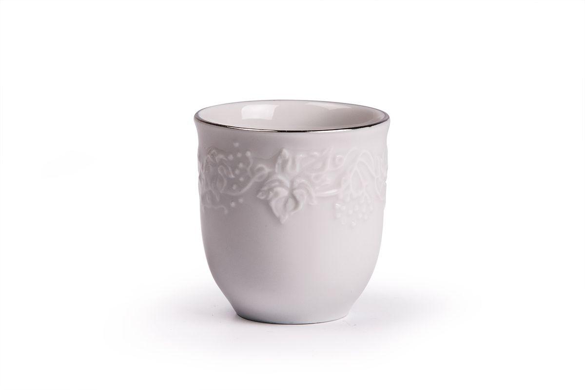 Стаканчик для зубочисток La Rose des Sables Vendanges Platine54 009312Стаканчик для зубочисток La Rose des Sables Vendanges Platine выполнен из высококачественного тунисского фарфора, изготовленного из уникальной белой глины. На всех изделиях La Rose des Sables можно увидеть маркировку Pate de Limoges. Это означает, что сырье для изготовления фарфора добывают во французской провинции Лимож, и качество соответствует высоким европейским стандартам. Все производство расположено в Тунисе. Особые свойства этой глины, открытые еще в 18 веке, позволяют создать удивительно тонкую, легкую и при этом прочную посуду. Благодаря двойному термическому обжигу фарфор обладает высокой ударопрочностью, стойкостью к сколам и трещинам, жаропрочностью и великолепным блеском глазури. Коллекция Vendanges Platine - это изысканная классика, дополненная нежным рельефом в виде гроздей винограда и платиновой эмалью. Эта белая фарфоровая посуда станет настоящим украшением вашего стола. Прекрасный вариант как для праздничной, так и для повседневной сервировки стола. Не рекомендуется использовать в СВЧ печи и мыть в посудомоечной машине.