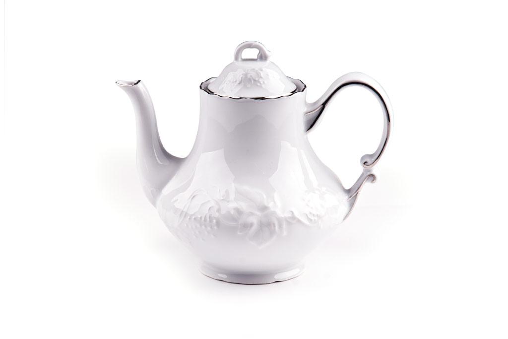 Чайник заварочный La Rose des Sables Vendanges Platine, 1 л115510Заварочный чайник La Rose des Sables Vendanges Platine выполнен из высококачественного тунисского фарфора, изготовленного из уникальной белой глины. На всех изделиях La Rose des Sables можно увидеть маркировку Pate de Limoges. Это означает, что сырье для изготовления фарфора добывают во французской провинции Лимож, и качество соответствует высоким европейским стандартам. Все производство расположено в Тунисе. Особые свойства этой глины, открытые еще в 18 веке, позволяют создать удивительно тонкую, легкую и при этом прочную посуду. Благодаря двойному термическому обжигу фарфор обладает высокой ударопрочностью, стойкостью к сколам и трещинам, жаропрочностью и великолепным блеском глазури. Коллекция Vendanges Platine - это изысканная классика, дополненная нежным рельефом в виде гроздей винограда и платиновой эмалью. Эта белая фарфоровая посуда станет настоящим украшением вашего стола. Прекрасный вариант как для праздничной, так и для повседневной сервировки стола. Не рекомендуется использовать в СВЧ печи и мыть в посудомоечной машине.