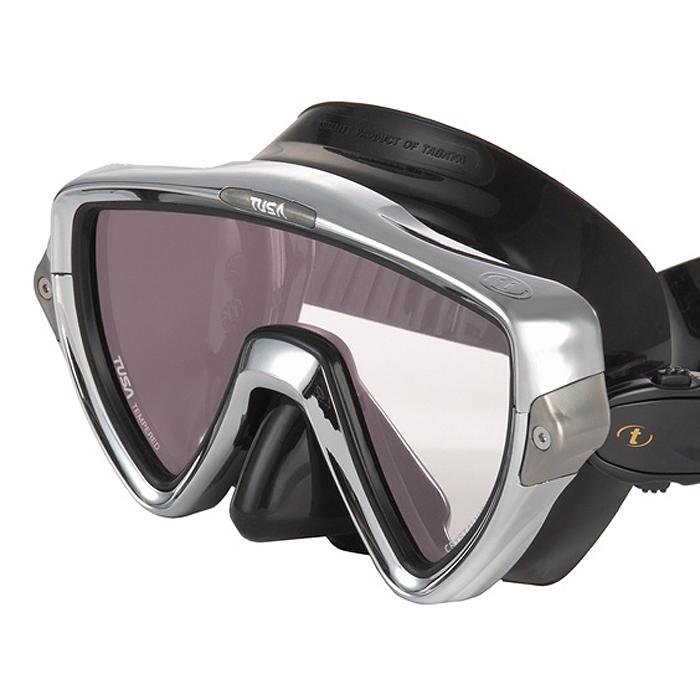 Маска для плавания Tusa Visio Pro, цвет: черный, хромированныйTS M-110SQB CRМаска M-110 имеет однолинзовый дизайн, обеспечивающий прекрасный обзор, маленький подмасочный объем и повышенный комфорт. Обтюратор маски имеет скругленные края со специальной посадкой обтюратора по линиям для наилучшего прилегания к лицу.В маске Visio Uno применен 3D-ремешок новой конструкции, который точно повторяет затылочный изгиб и обеспечивает великолепное прилегание. В данной маске применена недавно разработанная низкопрофильная пряжка, которая крепится прямо к силиконовому обтюратору. В результате получается компактная, легкая и технологически более совершенная модель маски, которую можно просто и быстро настроить под себя, добившись оптимального прилегания.От обычной маски Visio Uno серия Pro отличается линзами CrystalView AR/UV с антибликовым и УФ-защитным покрытием.Линзы с антибликовым покрытием значительно уменьшают количество отраженного света, в результате картинка становится более яркой, красочной и контрастной. Особая UV обработка этих линз обеспечивает 100% защиту от ультрафиолета UVA и UVB, блокируя спектр излучения до 400 нм. Характеристики: Цвет: розовый, белый. Ширина оправы маски: 17,5 см. Размер упаковки: 20,5 см x 11 см x 12 см. Материал: силикон, стекло, пластик. Артикул: TS M-110SQB CR.Производитель: Тайвань.