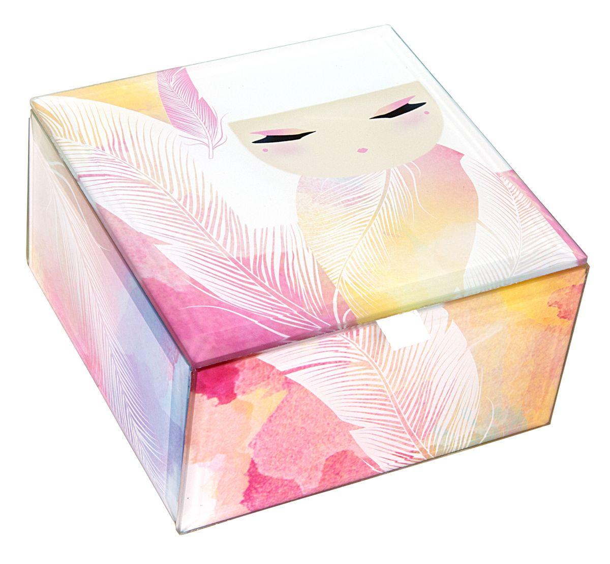 Шкатулка для бижутерии Kimmidoll Мизуйо (Очарование)FS-80299Милая шкатулка для бижутерии Kimmidoll Мизуйо (Очарование) великолепно подойдет для хранения бижутерии, косметики и любых небольших предметов. Прямоугольная шкатулка выполнена из стекла и декорирована красочным изображением очаровательной куколки Мизуйо. Изнутри шкатулка имеет мягкое текстильное покрытие, а проклейка бархатистым материалом снизу предотвращает скольжение шкатулки и придает ей устойчивость. Такая шкатулка не только надежно сохранит вашу бижутерию, но и станет изысканным украшением интерьера.Привет, меня зовут Мизуйо! Я талисман очарования. Мой дух воодушевляет и радует. Ваша милая и обворожительная натура всегда согревает сердца и поднимает настроение, даря счастье и любовь вашим близким. Позвольте всем, кто знает вас, дорожить вашими редкими и прекрасными талантами.