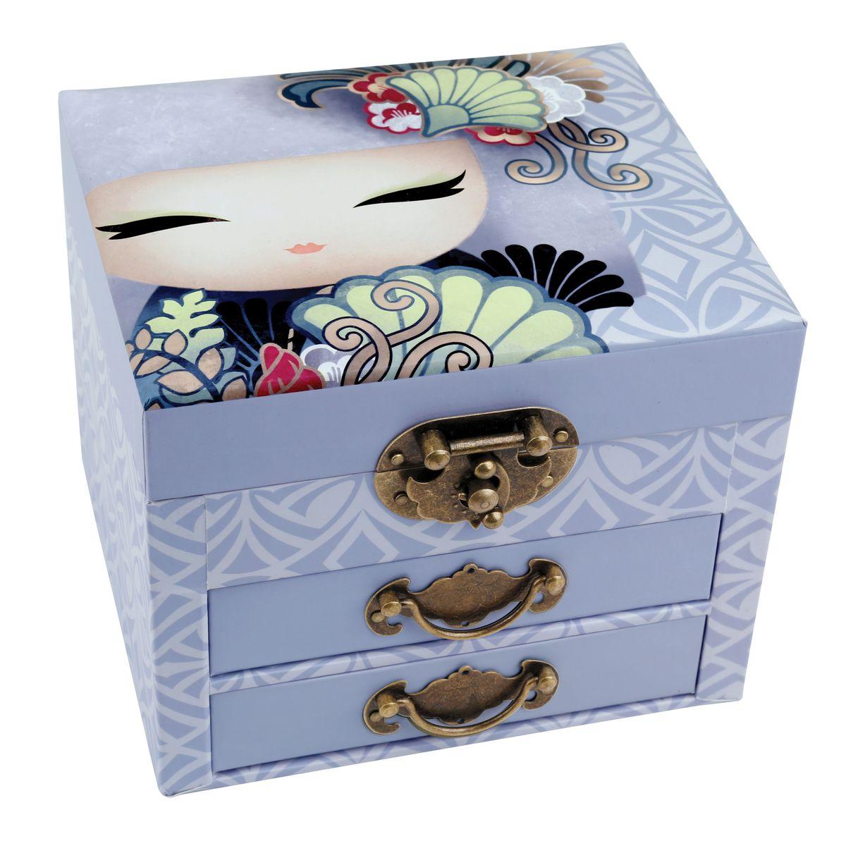 Шкатулка для бижутерии Kimmidoll Айри (Обожание). KS087111474/3C TOONМилая шкатулка для бижутерии Kimmidoll Айри (Обожание) выполнена из плотного картона. Шкатулка оснащена двумя выдвижными ящичками и декорирована винтажными ручками и замком. Внутри шкатулка имеет три секции для хранения любимой бижутерии. На внутренней стороне крышки шкатулки есть зеркало прямоугольной формы.Такая шкатулка не только надежно сохранит вашу бижутерию, но и станет изысканным украшением интерьера.Привет, меня зовут Айри! Я талисман обожания. Мой дух лелеют и любят. Ваше присутствие наполняет радостью сердца тех, кто вас любит, вызывая улыбки, смех и слезы счастья. Пусть ваша жизнь и далее всегда будет в объятиях тех, кто действительно дорожит вами.