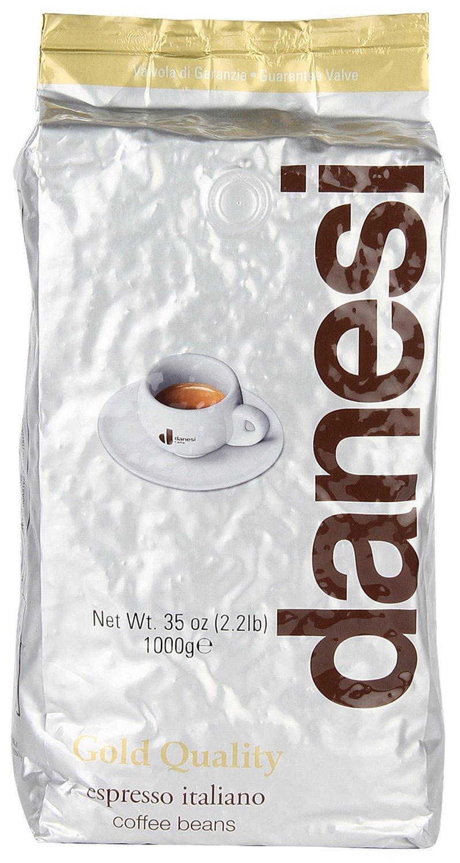 Danesi Gold кофе в зернах, 1 кг0120710Смесь зерен 100% арабики из Бразилии и Центральной Америки. Мягкий вкус кофе дополняют зерна из Кении, придающие этому сорту неповторимый насыщенный аромат и долгое послевкусие.Данези Голд — это самая популярная кофейная смесь Данези, менее сложная в приготовлении, чем Данези Доппио.Страна: Кения, Бразилия, Колумбия.Кофе Danesi - это элитный итальянский эспрессо, появившийся более ста лет назад. История кофе Danesi началась в Риме в 1905 году, когда итальянец Альфредо Данези открыл свой первый магазин и уютную кофейню «Nencini e Danesi». Альфредо сам составлял эксклюзивные кофейные смеси и варил эспрессо для своих гостей. За годы своего существования этот кофе завоевал огромную популярность не только в Италии, но и далеко за ее пределами, более чем в 60 странах мира.Философия компании очень проста - Ежедневно прилагать массу усилий для достижения и сохранения высокого уровня удовлетворённости клиентов. А воплощается это утверждение путем достижения идеального баланса основных характеристик кофейных смесей Danesi - вкуса, аромата и тела.Кофе Danesi всегда остается верен итальянским кофейным традициям. Секрет его популярности кроется в использовании самого отборного сырья, стабильном качестве, деликатной обжарке кофейных зерен. Сейчас компания Danesi обладает сертификатом качества UNI 9001 Vision 2000, подтверждающим соответствие как самого кофе, так и упаковки европейским стандартам качества.В ассортиментной линейке бренда Danesi присутствуют смеси из 100% арабики высших сортов, купажи арабики и робусты, а также смесь для горячего шоколада и стильная фирменная посуда.