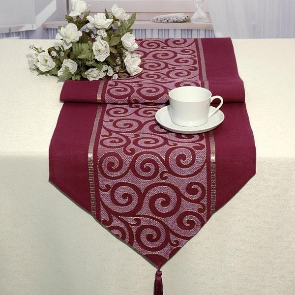 Дорожка для декорирования стола Schaefer, цвет: баклажан, 40 см х 140 см. 06906-2321004900000360Дорожка Schaefer, выполненная из плотного полиэстера, станет изысканным украшением интерьера. Изделие декорировано вышивкой в виде элегантных узоров и кисточками по краям. Такую дорожку можно использовать для украшения комодов, тумб и столов. За текстилем из полиэстера очень легко ухаживать: он легко стирается, не мнется, не садится и быстро сохнет, более долговечен, чем текстиль из натуральных волокон.Такая дорожка изящно дополнит интерьер вашего дома.