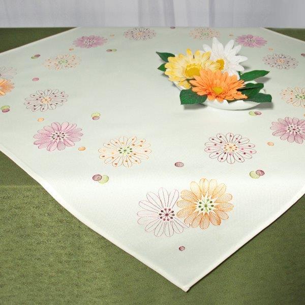 Скатерть Schaefer, квадратная, цвет: белый, сиреневый, оранжевый, 85 см х 85 см. 07544-100VT-1520(SR)Квадратная скатерть Schaefer, выполненная из полиэстера, станет изысканным украшением стола. Изделие оформлено изящной цветочной вышивкой. За текстилем из полиэстера очень легко ухаживать: он не мнется, не садится и быстро сохнет, легко стирается, более долговечен, чем текстиль из натуральных волокон.Использование такой скатерти сделает застолье торжественным, поднимет настроение гостей и приятно удивит их вашим изысканным вкусом. Также вы можете использовать эту скатерть для повседневной трапезы, превратив каждый прием пищи в волшебный праздник и веселье. Это текстильное изделие станет изысканным украшением вашего дома!