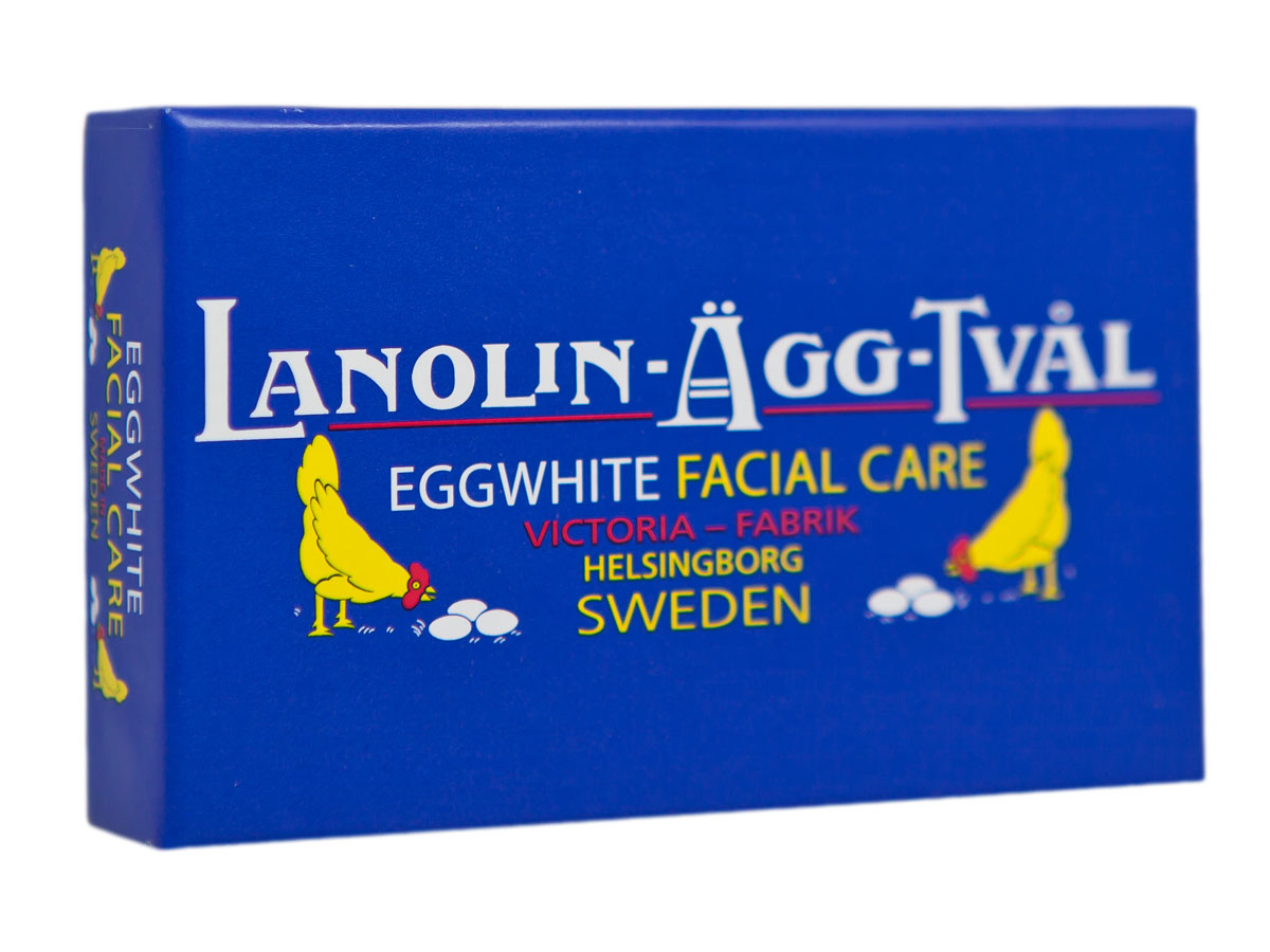 Victoria Soap Lanolin-Agg-Tval Мыло-маска для лица, 50 гFS-00897В Швеции мыло-маска Ланолин-Эгг-Твал используется для ухода за кожей из поколения в поколение. Изначально шведские женщины самостоятельно готовили его в домашних условиях из ланолина, розовой воды и яичных белков.Уникальное средство сочетает в себе функцию бережного очищения в виде ежедневного умывания и дополнительного ухода в качестве маски для лица. Подходит для всех типов кожи.Действие Мыло - Маски 6 в 1:1. Сужает поры2. Повышает упругость кожи3. Контролирует секрецию сальных желез4. Контролирует шелушение кожи5. Питает и увлажняет6. Улучшает цвет лица