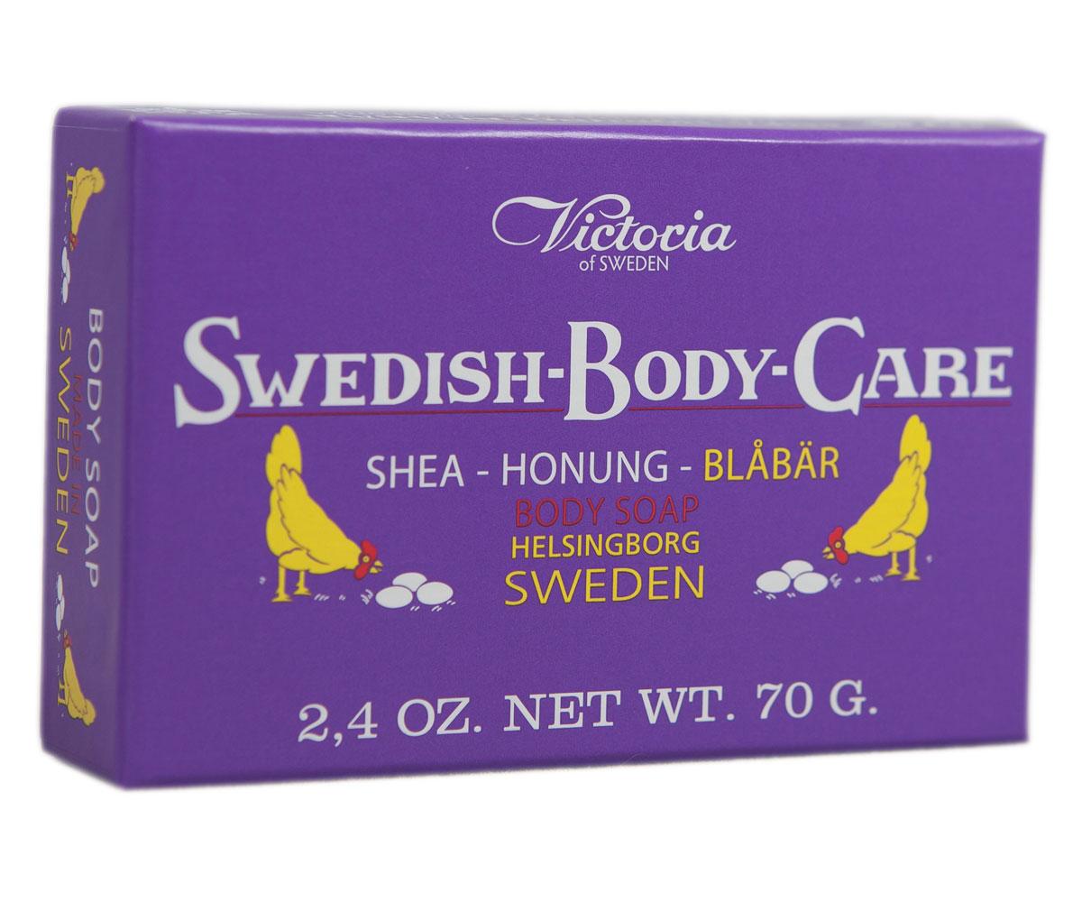 Victoria Soap Shea-Honung-Blabar Мыло для тела с черникой, 70 гMP59.4DКомпания Victoria создала серию мыл для тела «Шведские ягоды», вдохновленную шведской природой, солнечными полянами, густым лесами и насыщенными витаминами ягодами. В старинный рецепт мыла были добавлены шведский мед и экстракты ягод. Мыло для тела «Шведские ягоды» с экстрактом черники имеет густую бархатную пену с букетом ароматов плодов пальмового дерева, оливы и черники с высоким содержанием липидов. Плотная нежная пена отлично нейтрализует вредное воздействие окружающей среды, легко смывается с тела, выравнивает тон кожи и обволакивает ее нежной вуалью сладких воспоминаний. Нежный ягодный аромат домашнего черничного пирога успокоит после насыщенного трудового дня.