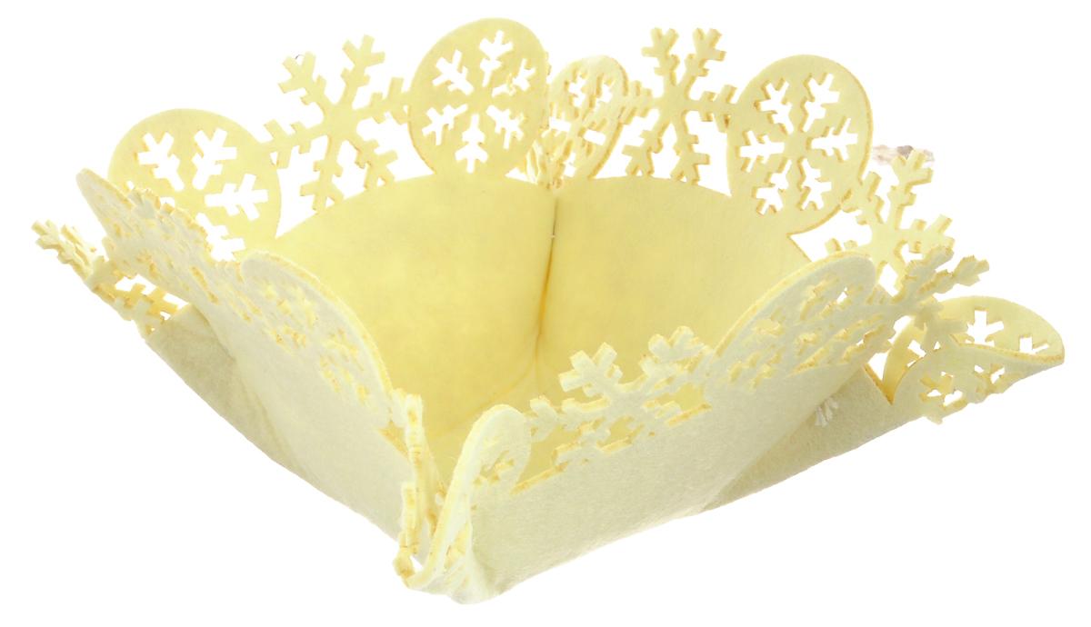 Корзинка House & Holder, цвет: молочный, 23 см х 23 см х 13 см23154Корзинка House & Holder, выполненная из фетра, идеально подойдет для хранения выпечки, конфет, фруктов и оформления подарков. Края корзины декорированы фигурными снежинками. Оригинальная корзинка House & Holder отлично впишется в интерьер вашего дома.