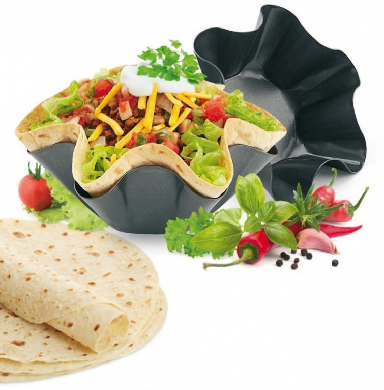 Набор форм для выпечки Тортилья, 2 шт. TK 0151391602Набор форм для выпечки Тортилья - незаменимая новинка для оригинальной сервировки стола. Готовьте хрустящие тарталетки из тонкой лепешки, которую вы можете купить в любом супермаркете. С набором форм для выпекания Тортилья вы не только быстро приготовите вкусное блюдо, красиво сервируете стол, но и избавитесь от необходимости мыть гору посуды после застолья. Преимущества: Быстро выпекается и не вредит здоровью У вас больше нет необходимости мыть гору посуды после застольяМожно мыть в посудомоечной машине В наборе: 2 шт. Размер большой формы: 17,5 х 17,5 х 6,3 см. Размер малой формы: 14,5 х 14,5 х 5,5 см.