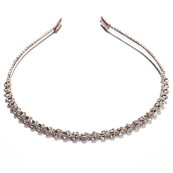 Ободок Selena Street Fashion, цвет: золотой. 70065216MP59.4DОбодок для волос Selena Street Fashion изготовлен из металла, оформлен текстилем и стеклянными стразами.Элегантный ободок позволит освежить повседневный образ или дополнить вечерний наряд.